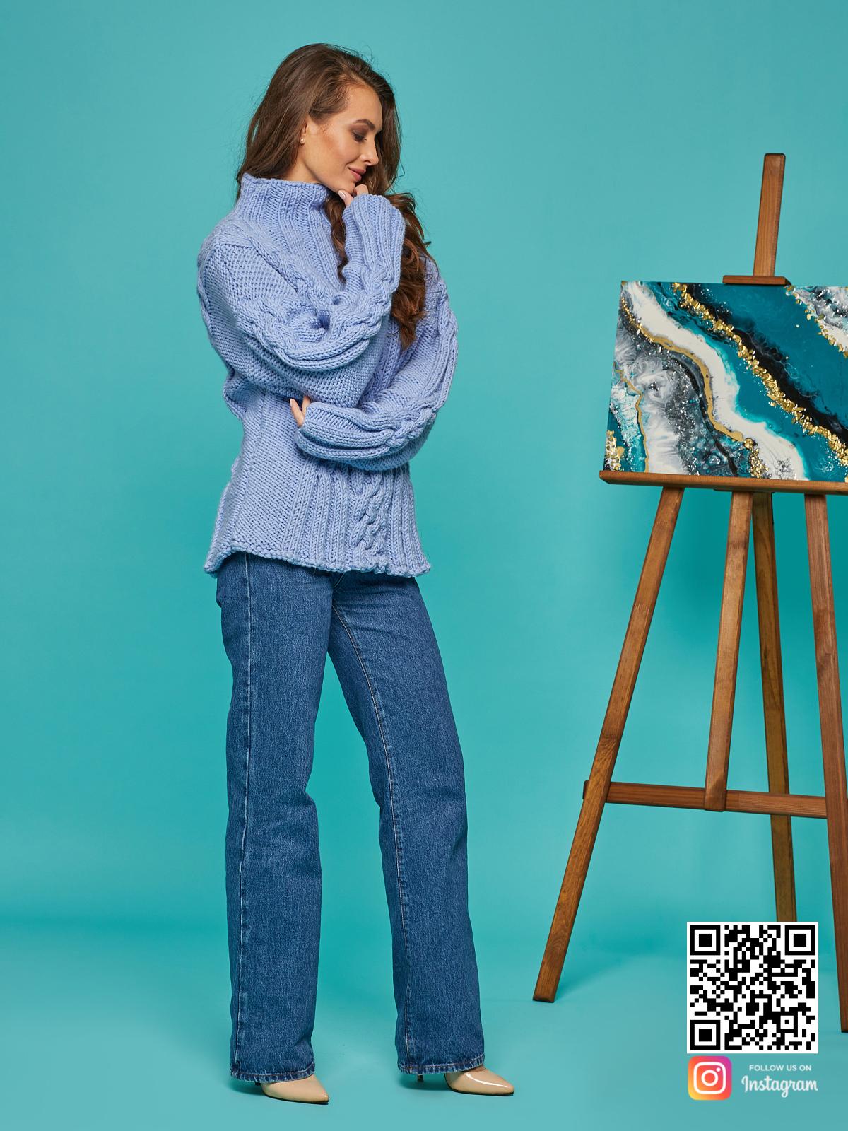 На четвертой фотографии теплый женский синий джемпер от Shapar, бренда вязаной одежды ручной работы в интернет-магазине вещей спицами.