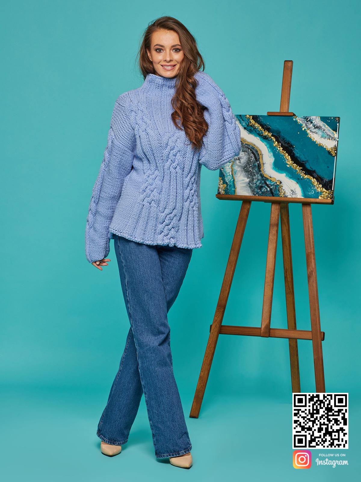На пятой фотографии женский синий джемпер в косах от Shapar, бренда вязаной одежды ручной работы в интернет-магазине вещей спицами.