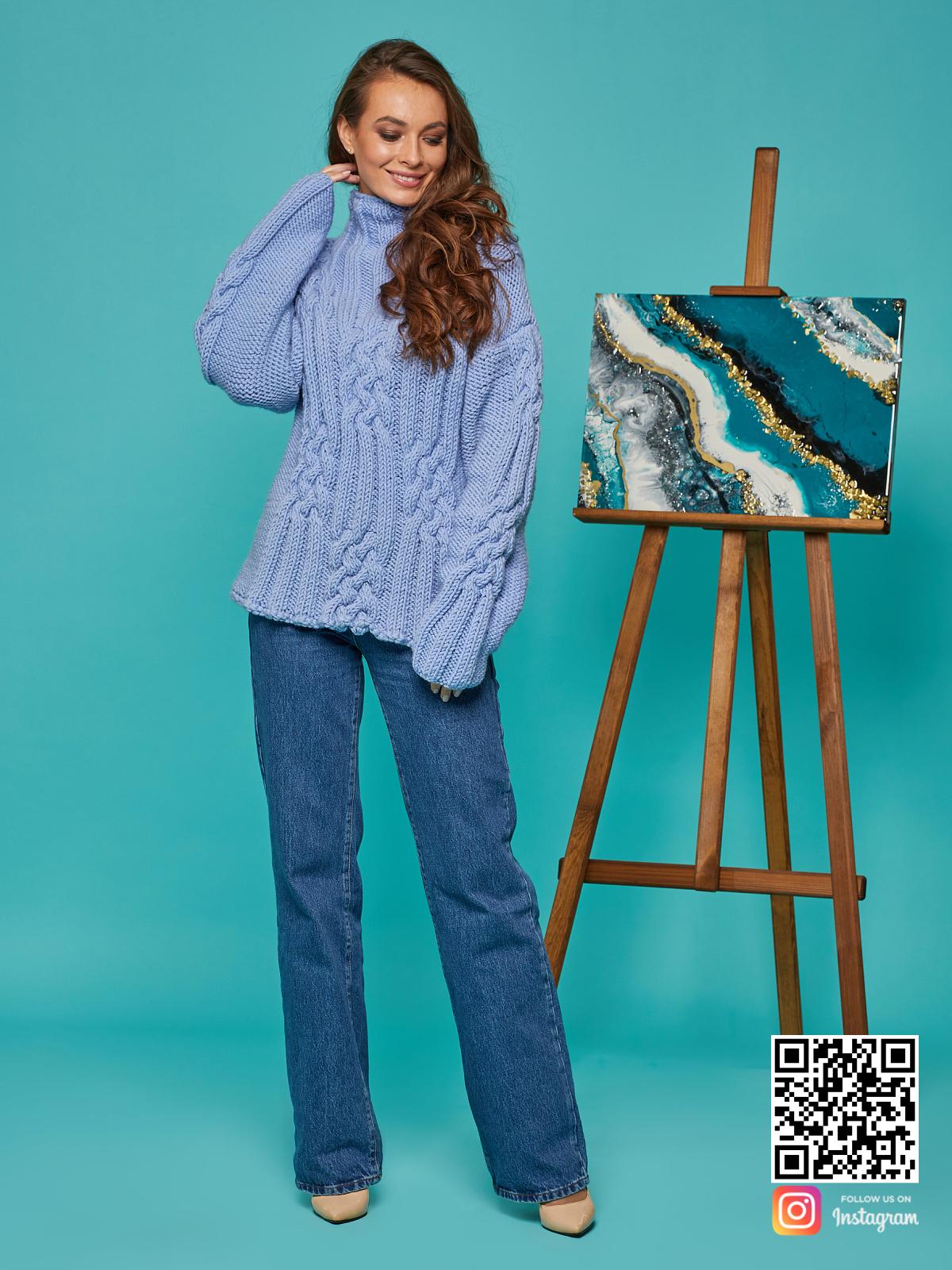 На фотографии женский синий джемпер от Shapar, бренда вязаной одежды ручной работы в интернет-магазине вещей спицами.