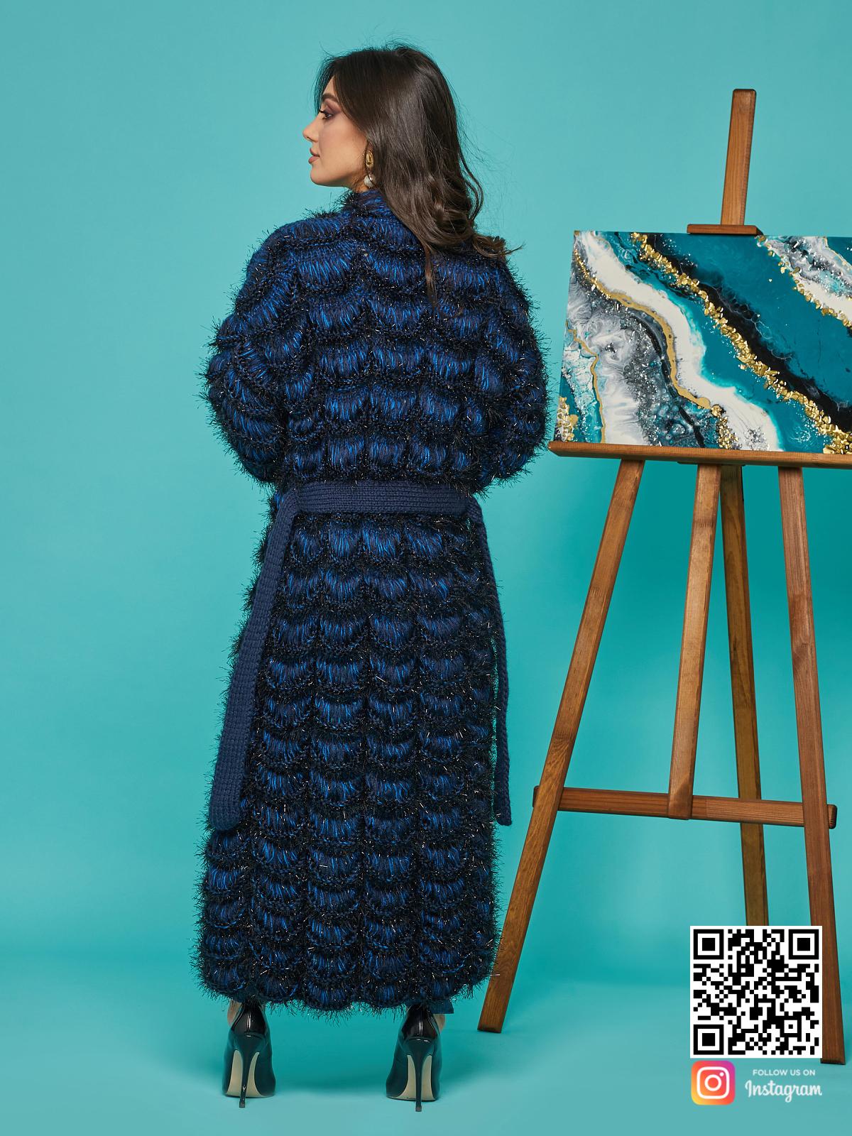 На второй фотографии синий кардиган женский со спины от Shapar, бренда вязаной одежды ручной работы в интернет-магазине связанных спицами вещей.