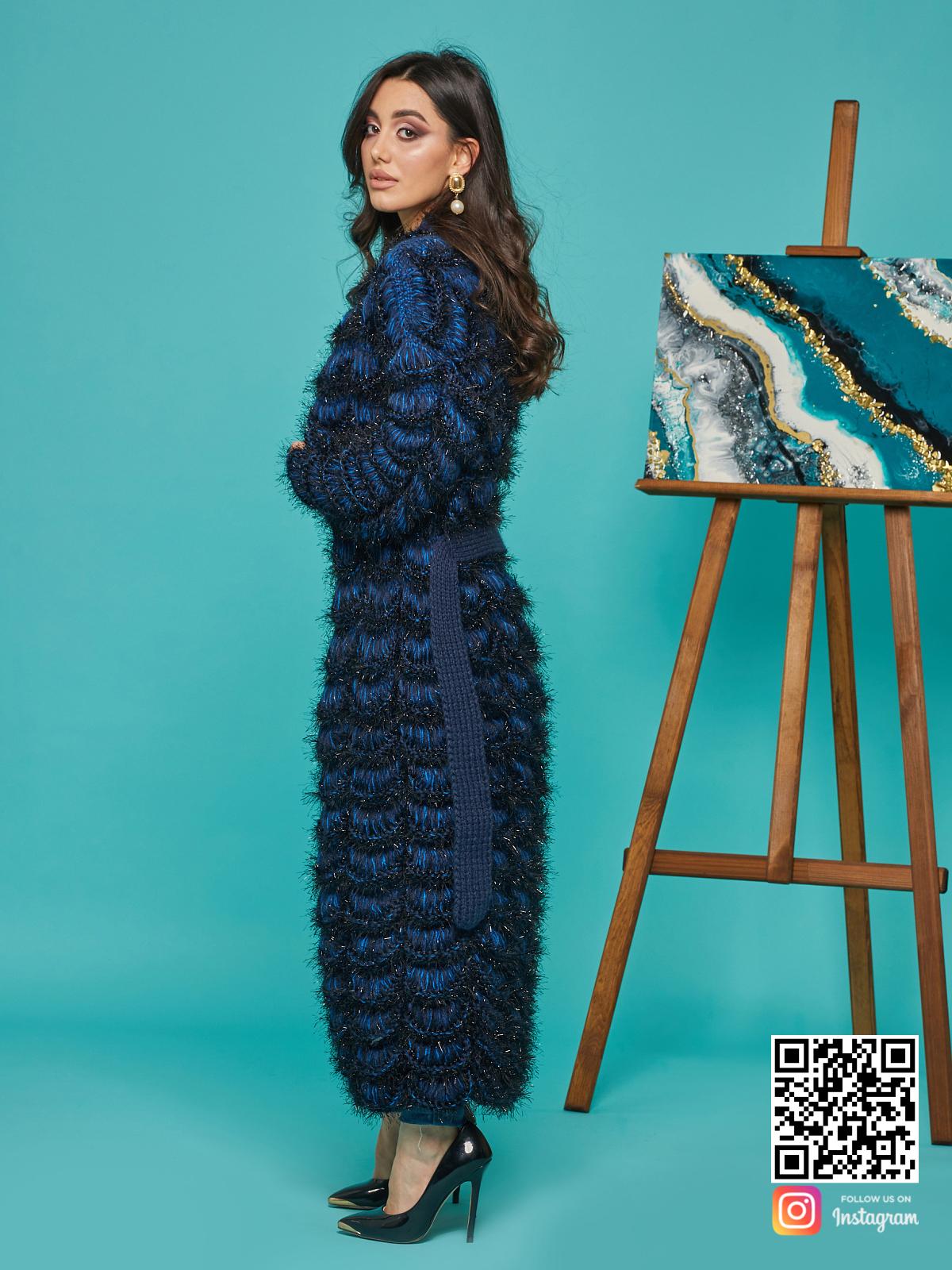 На четвертой фотографии длинный синий кардиган женский от Shapar, бренда вязаной одежды ручной работы в интернет-магазине связанных спицами вещей.