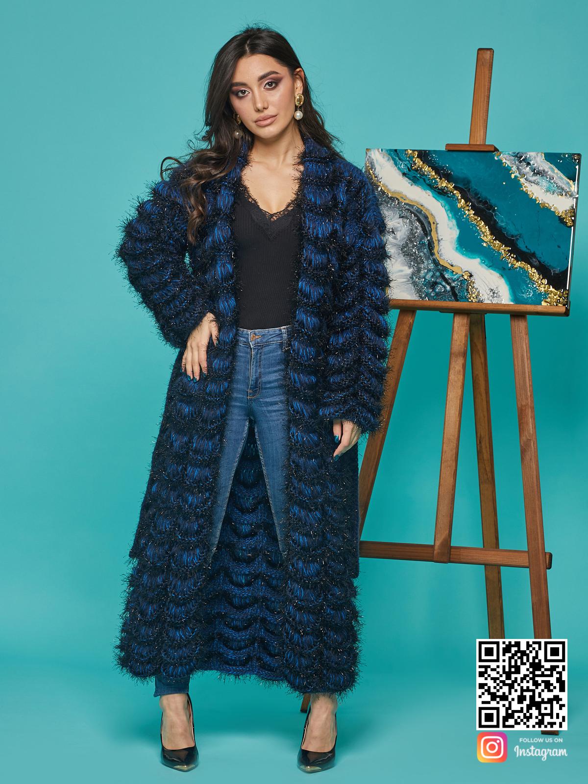 На фотографии синий кардиган женский от Shapar, бренда вязаной одежды ручной работы в интернет-магазине связанных спицами вещей.