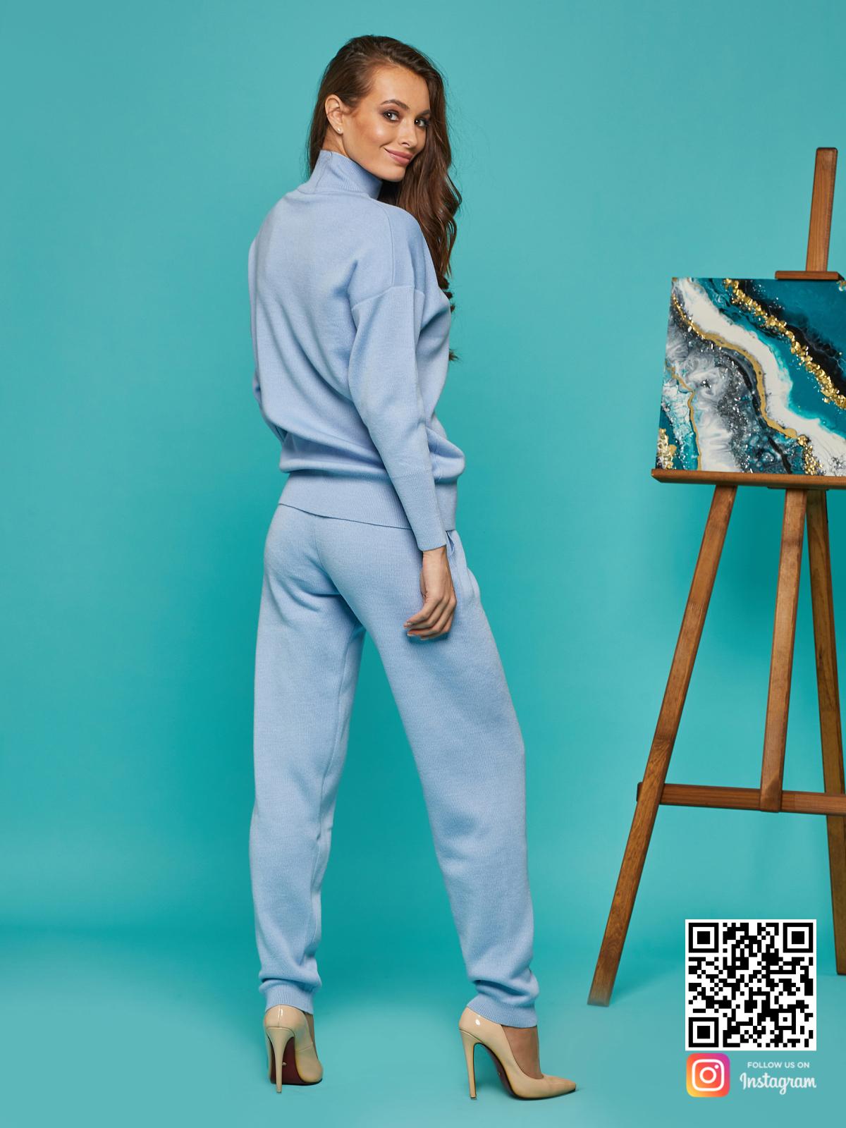 На второй фотографии женский спортивный костюм голубой со спины от Shapar, бренда вязаной одежды ручной работы в интернет-магазине связанных спицами вещей.