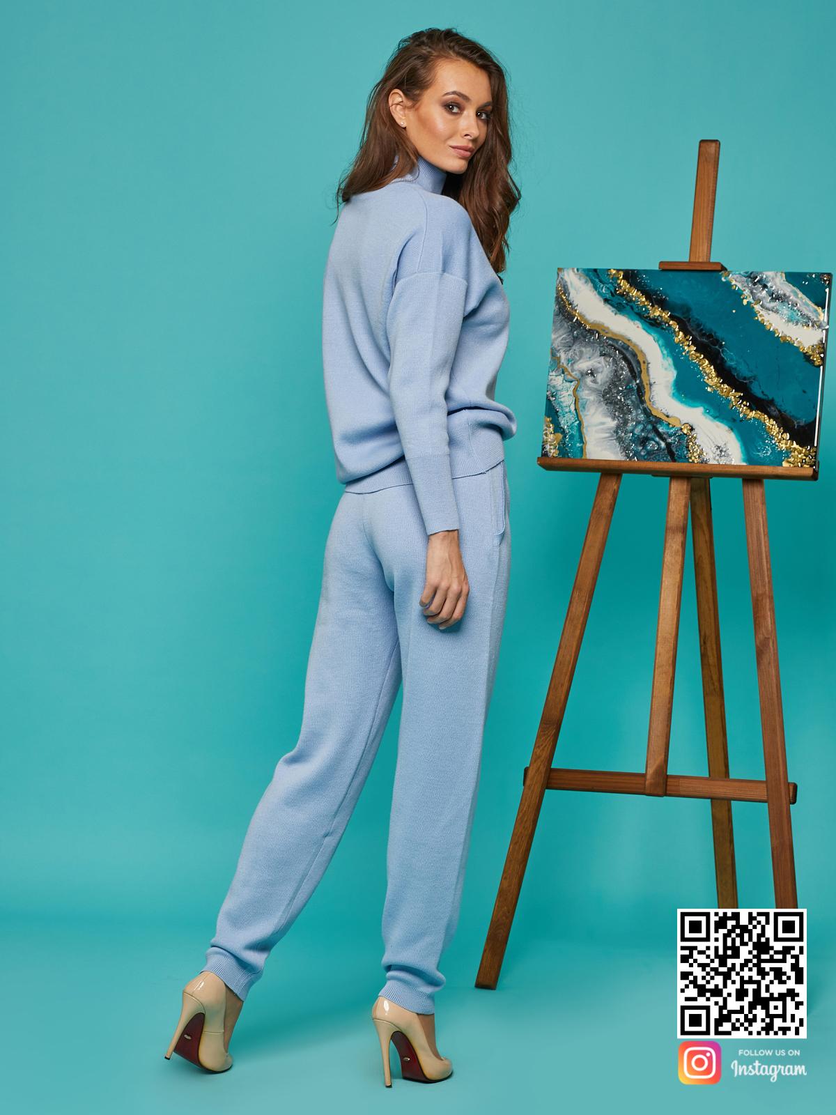 На пятой фотографии стильный спортивный костюм голубой для женщин от Shapar, бренда вязаной одежды ручной работы в интернет-магазине связанных спицами вещей.