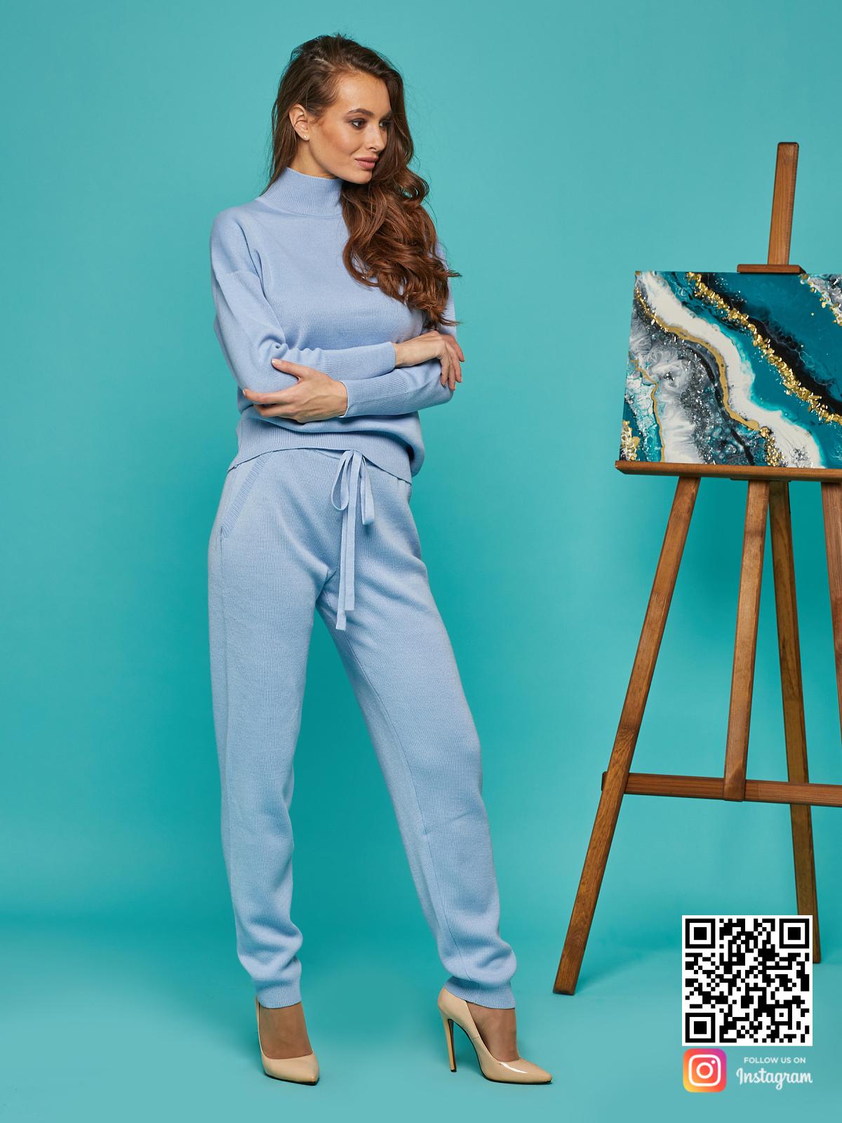 На четвертой фотографии модный спортивный костюм голубого цвета от Shapar, бренда вязаной одежды ручной работы в интернет-магазине связанных спицами вещей.