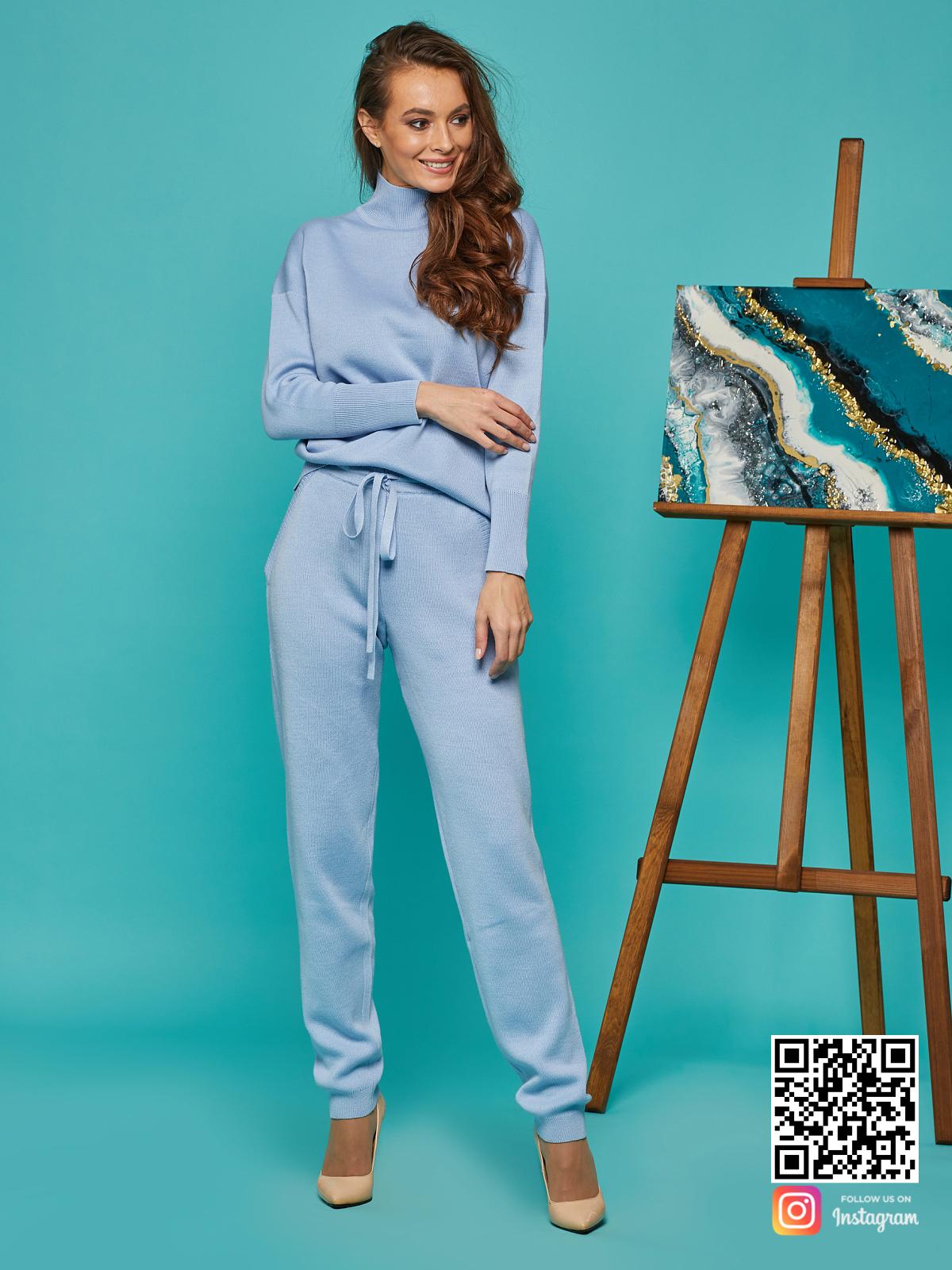 На шестой фотографии брючный спортивный костюм голубой от Shapar, бренда вязаной одежды ручной работы в интернет-магазине связанных спицами вещей.