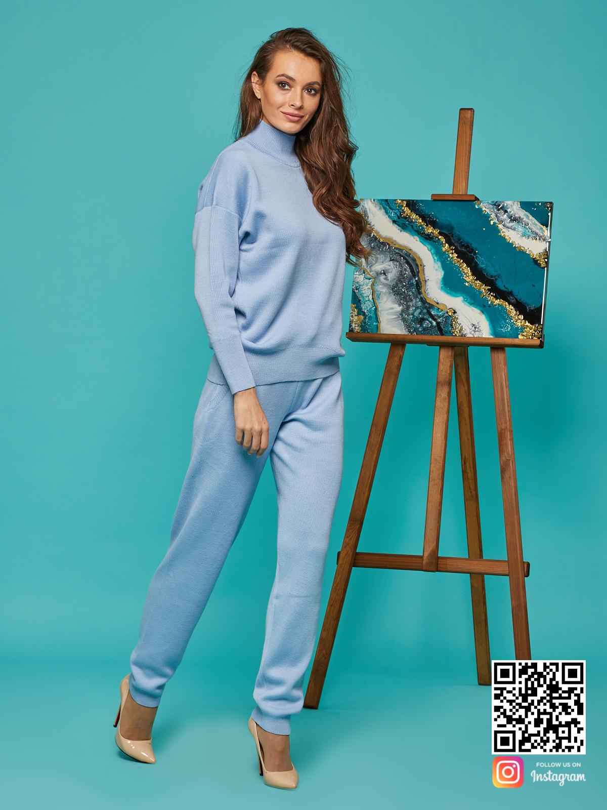 На третьей фотографии спортивный костюм голубой для девушек от Shapar, бренда вязаной одежды ручной работы в интернет-магазине связанных спицами вещей.