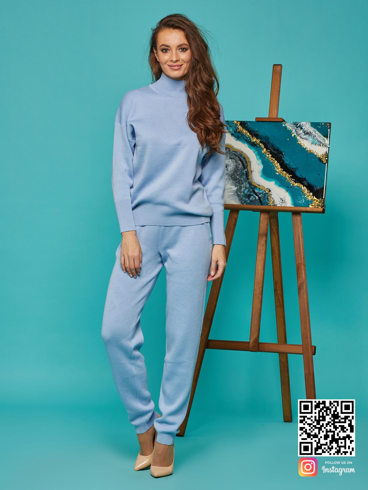 На фотографии спортивный костюм голубой от Shapar, бренда вязаной одежды ручной работы в интернет-магазине связанных спицами вещей.