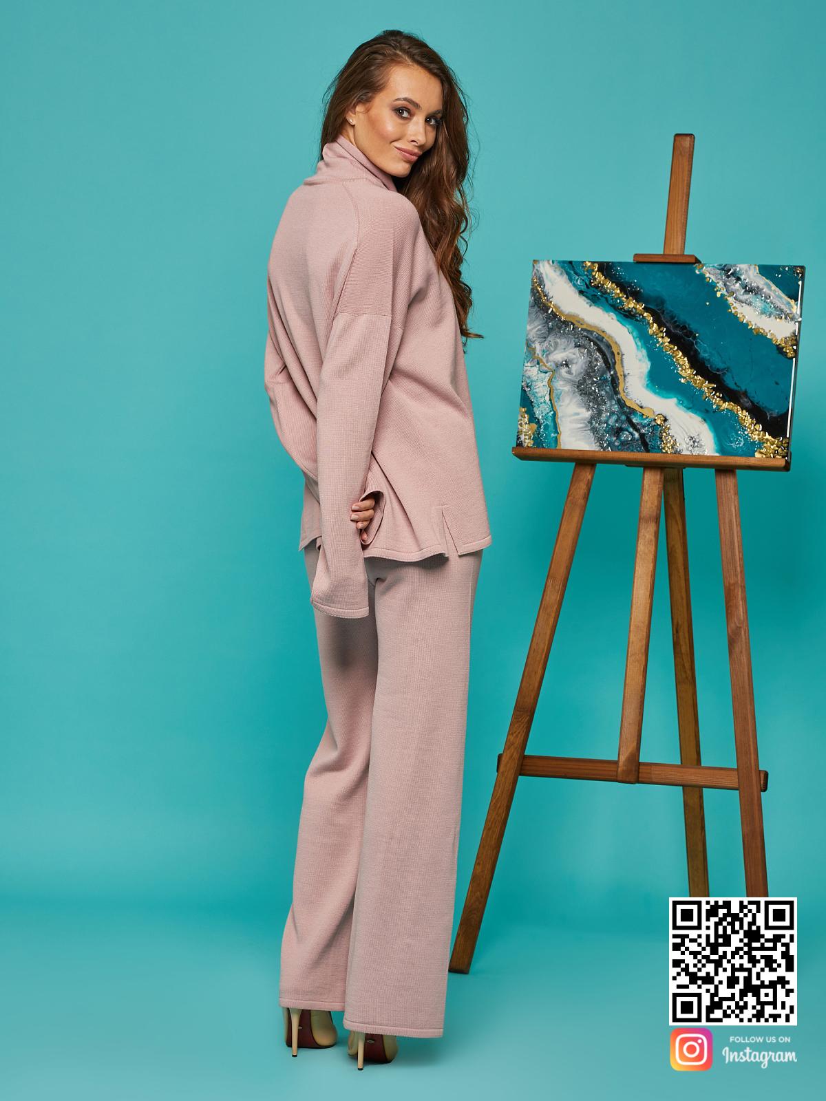 На второй фотографии спортивный костюм женский оверсайз со спины от Shapar, бренда вязаной одежды ручной работы в интернет-магазине связанных спицами вещей.