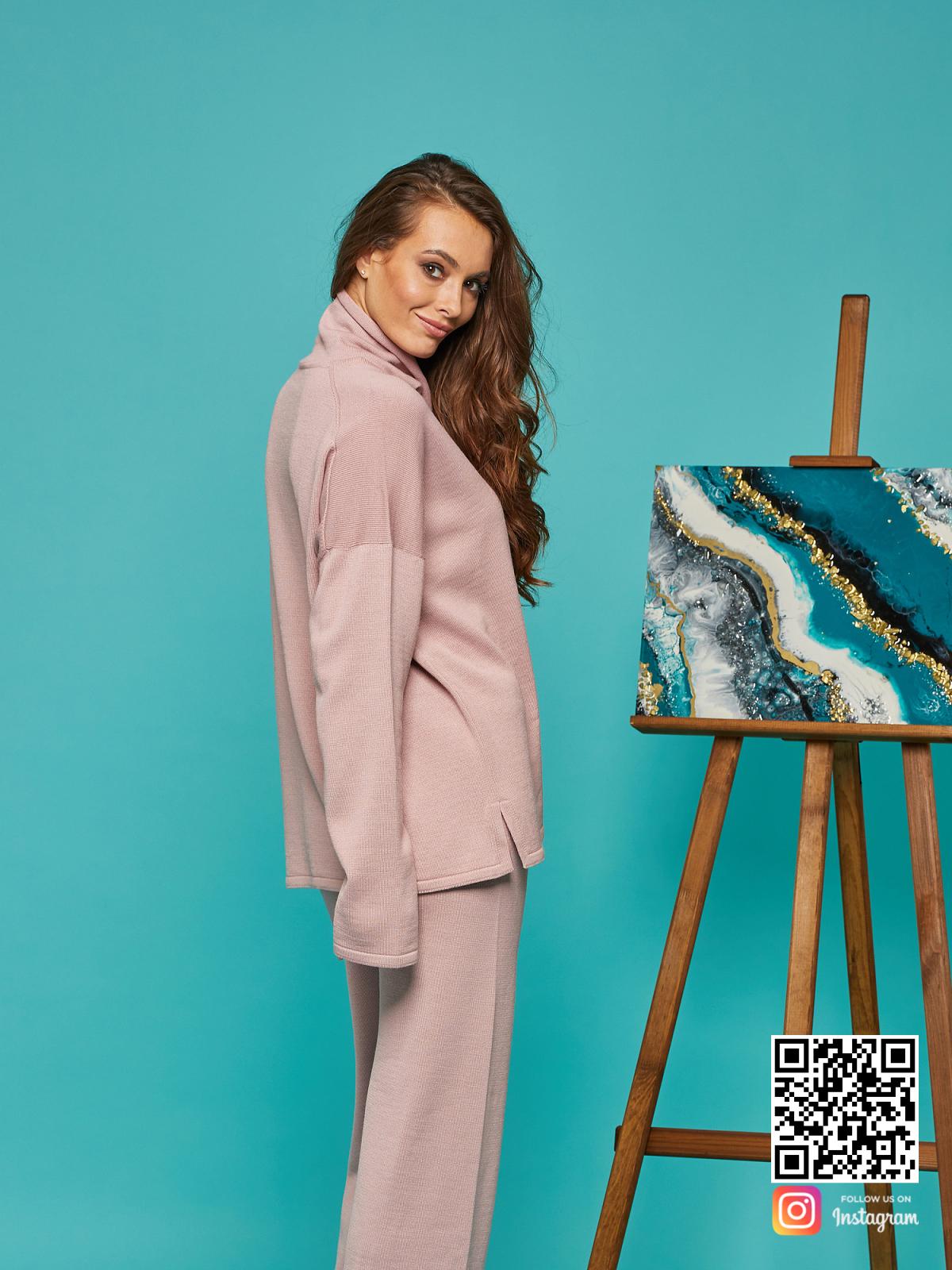На четвертой фотографии пудровый спортивный костюм женский оверсайз от Shapar, бренда вязаной одежды ручной работы в интернет-магазине связанных спицами вещей.
