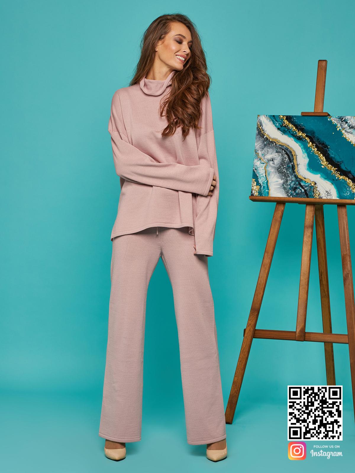 На шестой фотографии спортивный костюм женский оверсайз пудрового цвета от Shapar, бренда вязаной одежды ручной работы в интернет-магазине связанных спицами вещей.