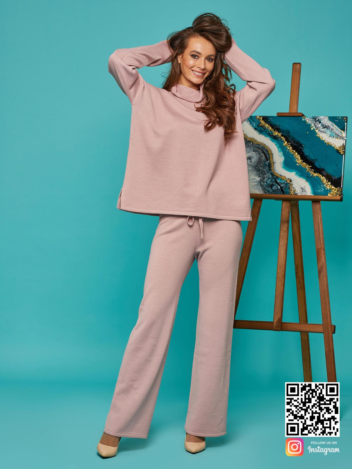 На третьей фотографии объемный спортивный костюм женский оверсайз от Shapar, бренда вязаной одежды ручной работы в интернет-магазине связанных спицами вещей.