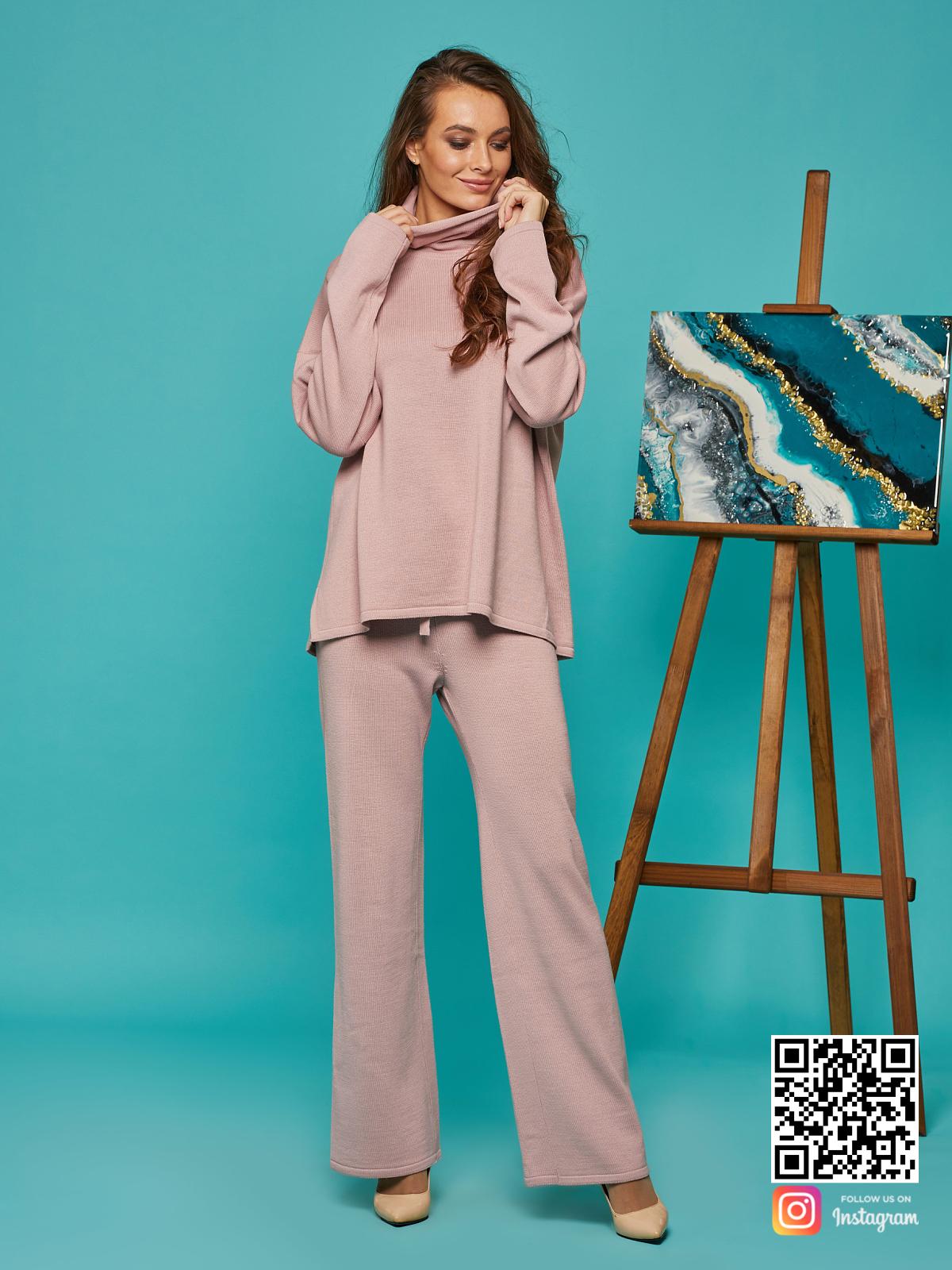 На фотографии спортивный костюм женский оверсайз от Shapar, бренда вязаной одежды ручной работы в интернет-магазине связанных спицами вещей.