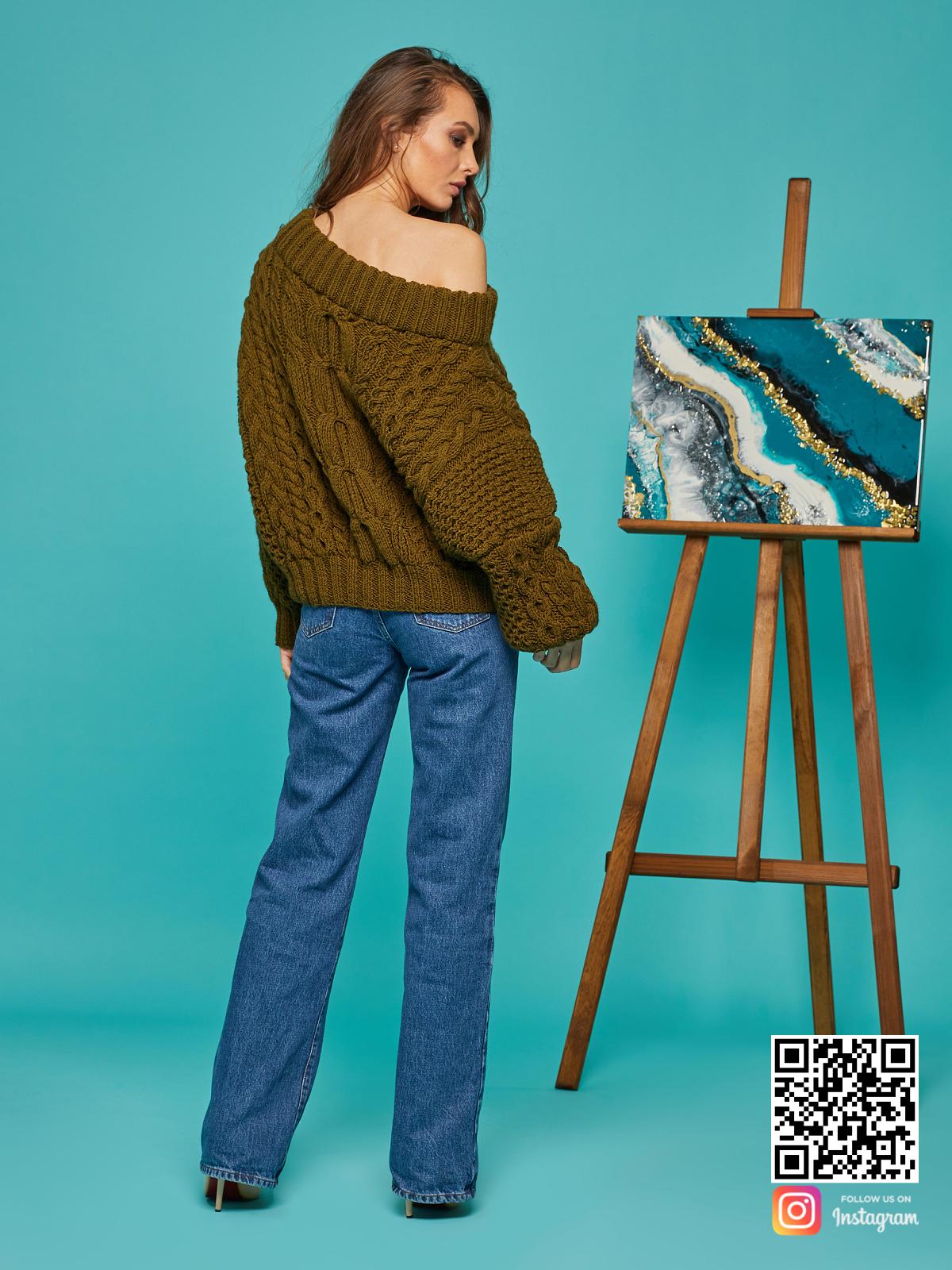 На второй фотографии женский свитер хаки со спины от Shapar, бренда вязаной одежды ручной работы в интернет-магазине связанных спицами вещей.