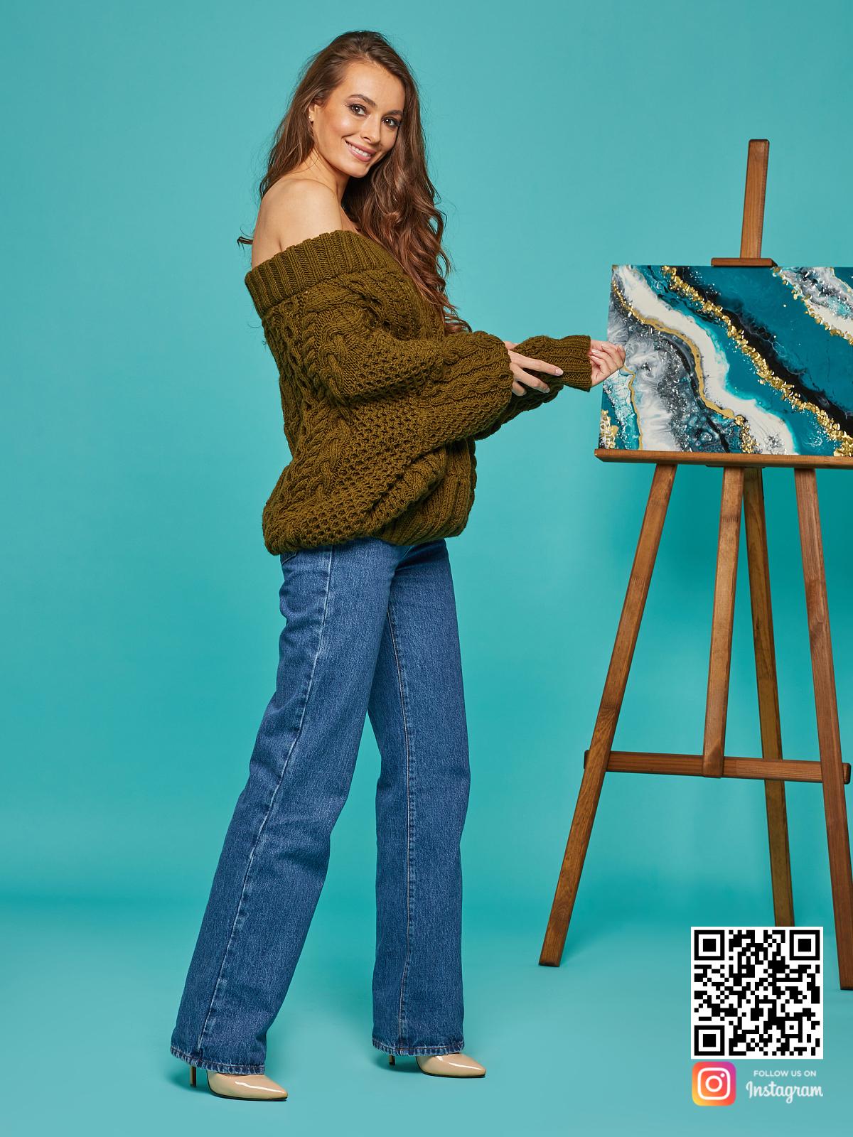 На пятой фотографии женский свитер хаки со спущенными плечами от Shapar, бренда вязаной одежды ручной работы в интернет-магазине связанных спицами вещей.