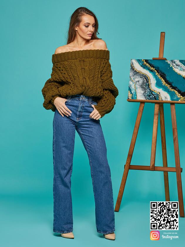 На фотографии женский свитер хаки от Shapar, бренда вязаной одежды ручной работы в интернет-магазине связанных спицами вещей.