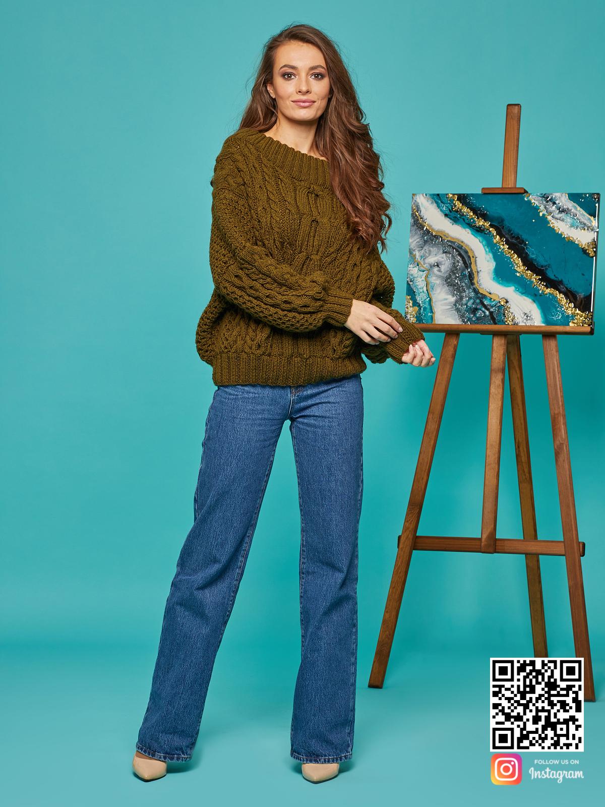 На седьмой фотографии классический женский свитер в цвете хаки от Shapar, бренда вязаной одежды ручной работы в интернет-магазине связанных спицами вещей.
