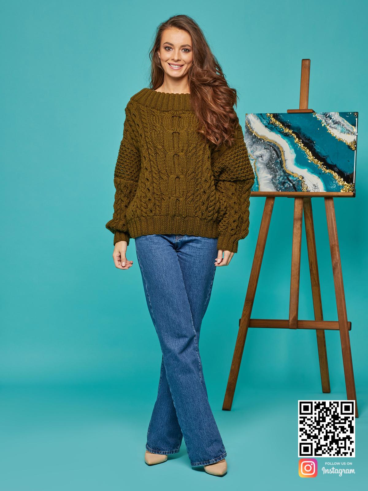 На шестой фотографии женский свитер хаки в косах от Shapar, бренда вязаной одежды ручной работы в интернет-магазине связанных спицами вещей.