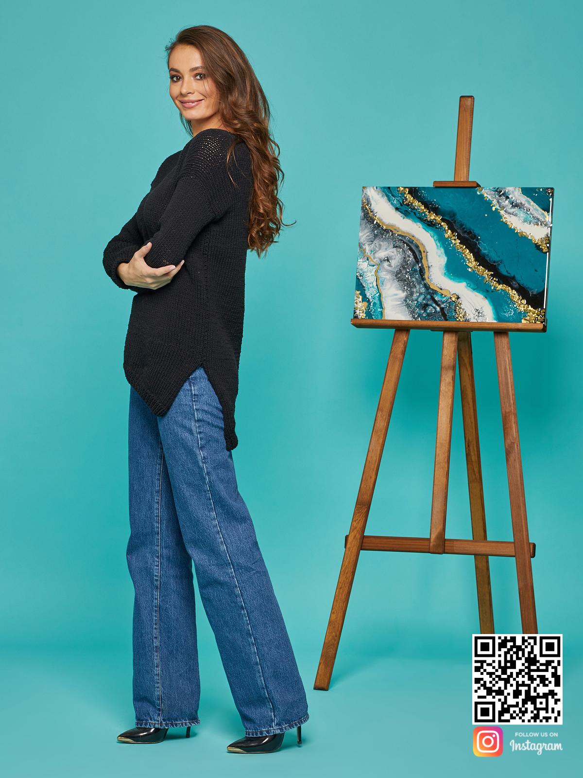 На четвертой фотографии черный женский свитер на лето от Shapar, бренда вязаной одежды ручной работы в интернет-магазине связанных спицами вещей.