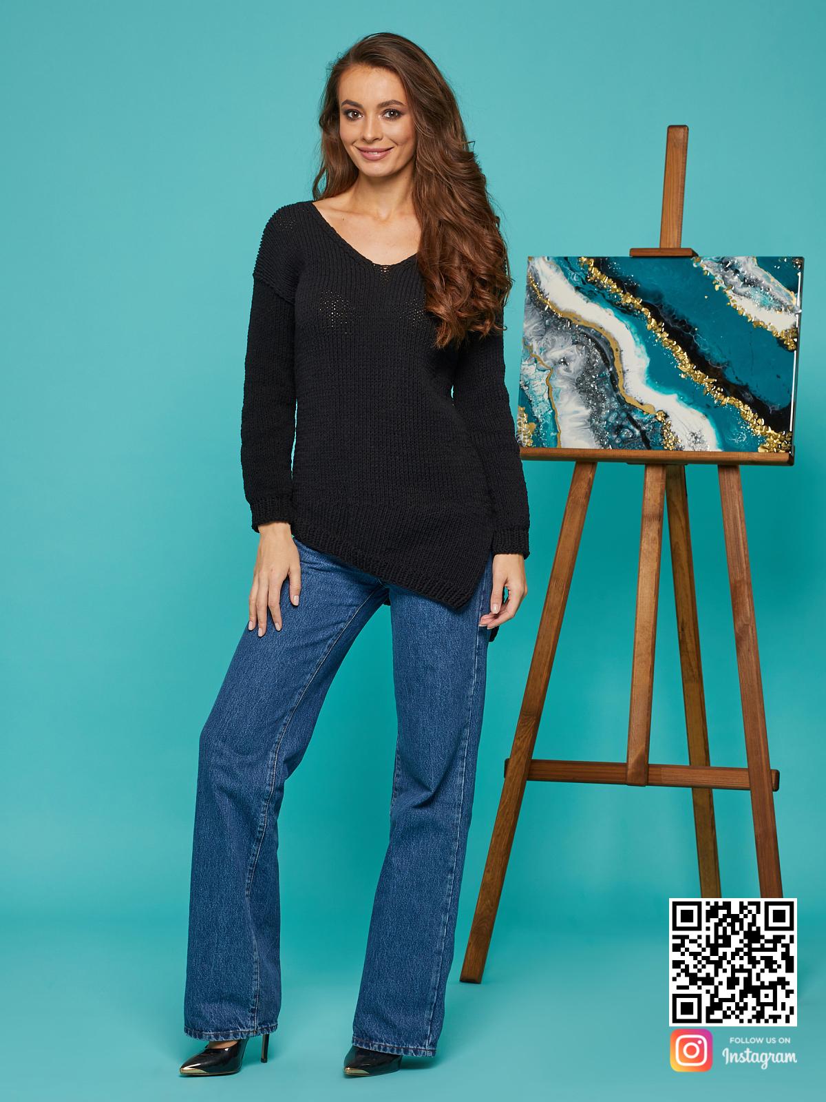 На фотографии женский свитер на лето черного цвета от Shapar, бренда вязаной одежды ручной работы в интернет-магазине связанных спицами вещей.