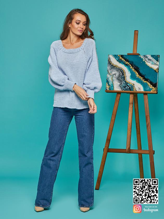 На фотографии свитер реглан для женщин от Shapar, бренда вязаной одежды ручной работы в интернет-магазине связанных спицами вещей.