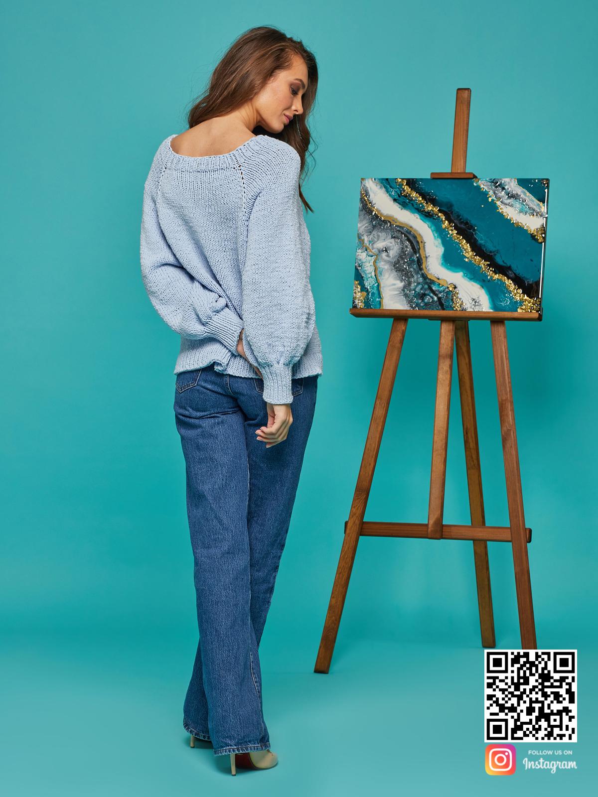 На шестой фотографии голубой свитер реглан для женщин от Shapar, бренда вязаной одежды ручной работы в интернет-магазине связанных спицами вещей.