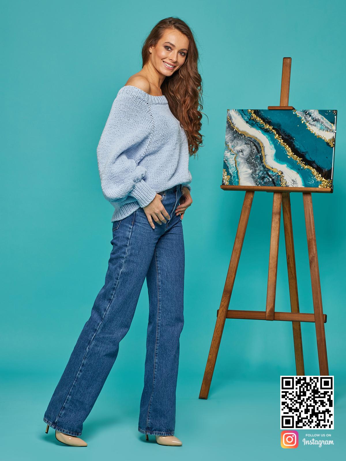 На третьей фотографии свитер реглан для женщин на одно плечо от Shapar, бренда вязаной одежды ручной работы в интернет-магазине связанных спицами вещей.