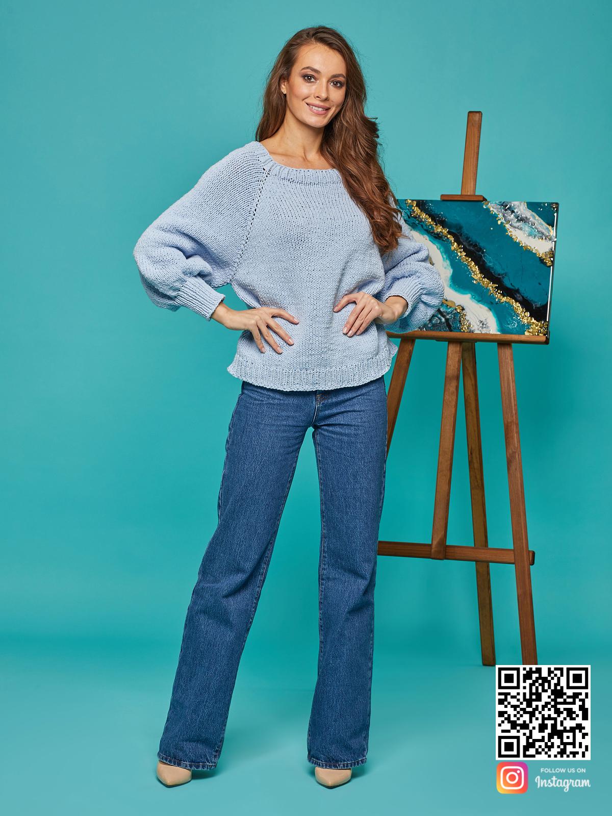 На пятой фотографии свитер реглан для женщин голубого цвета от Shapar, бренда вязаной одежды ручной работы в интернет-магазине связанных спицами вещей.