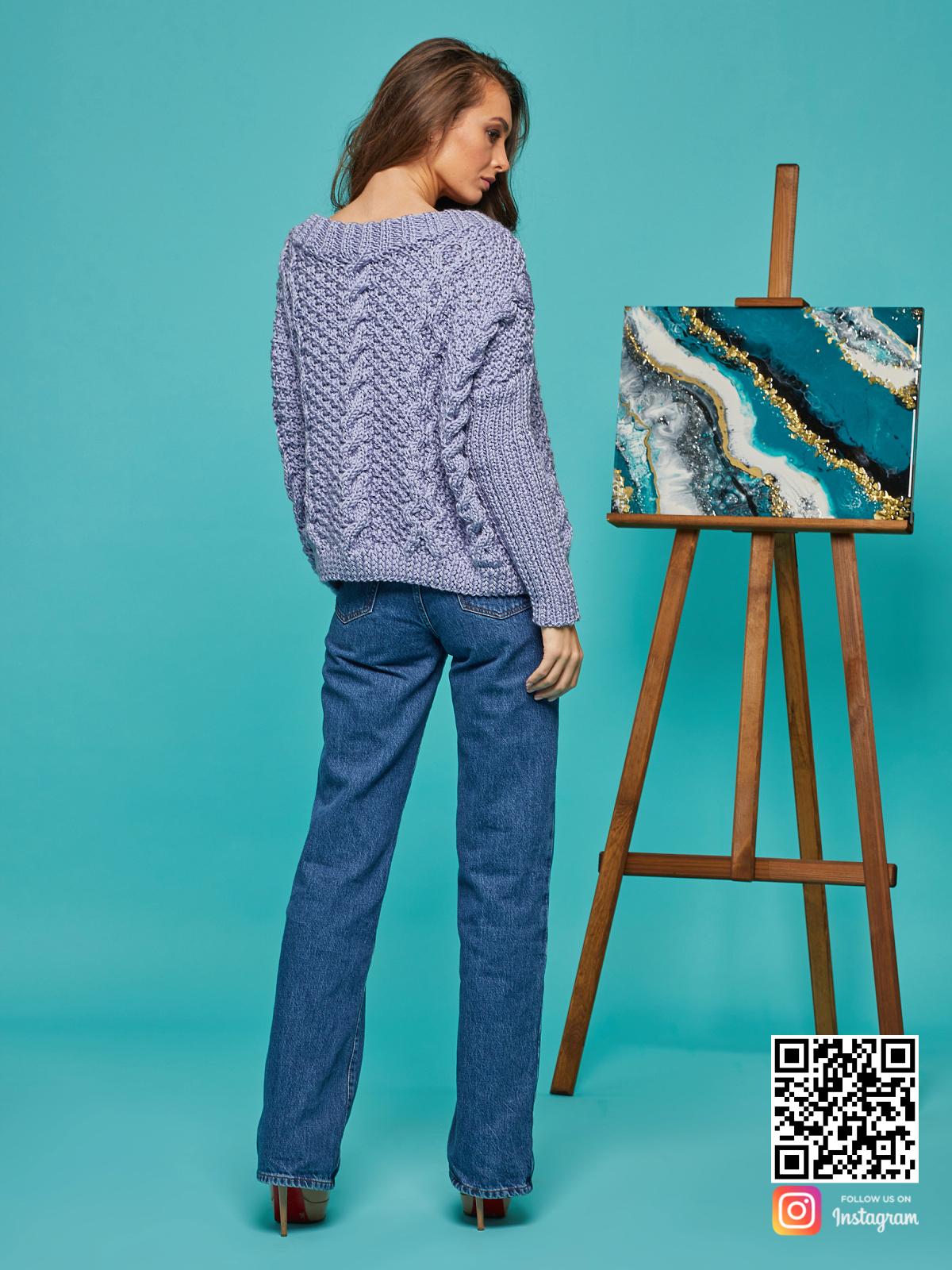 На второй фотографии свитер с косами для женщин со спины от Shapar, бренда вязаной одежды ручной работы в интернет-магазине связанных спицами вещей.