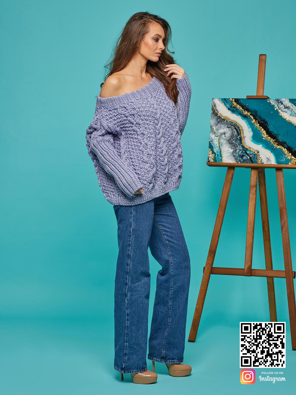 На четвертой фотографии сиреневый свитер с косами для женщин от Shapar, бренда вязаной одежды ручной работы в интернет-магазине связанных спицами вещей.