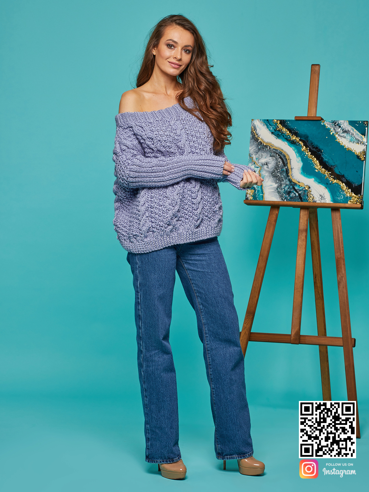 На пятой фотографии лавандовый свитер с косами для женщин от Shapar, бренда вязаной одежды ручной работы в интернет-магазине связанных спицами вещей.