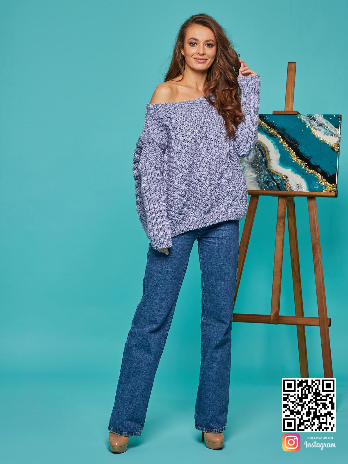 На третьей фотографии свитер с косами для женщин на одно плечо от Shapar, бренда вязаной одежды ручной работы в интернет-магазине связанных спицами вещей.