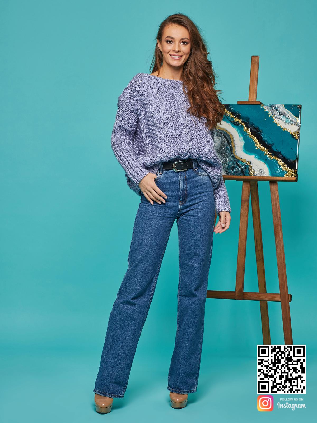 На фотографии свитер с косами для женщин от Shapar, бренда вязаной одежды ручной работы в интернет-магазине связанных спицами вещей.