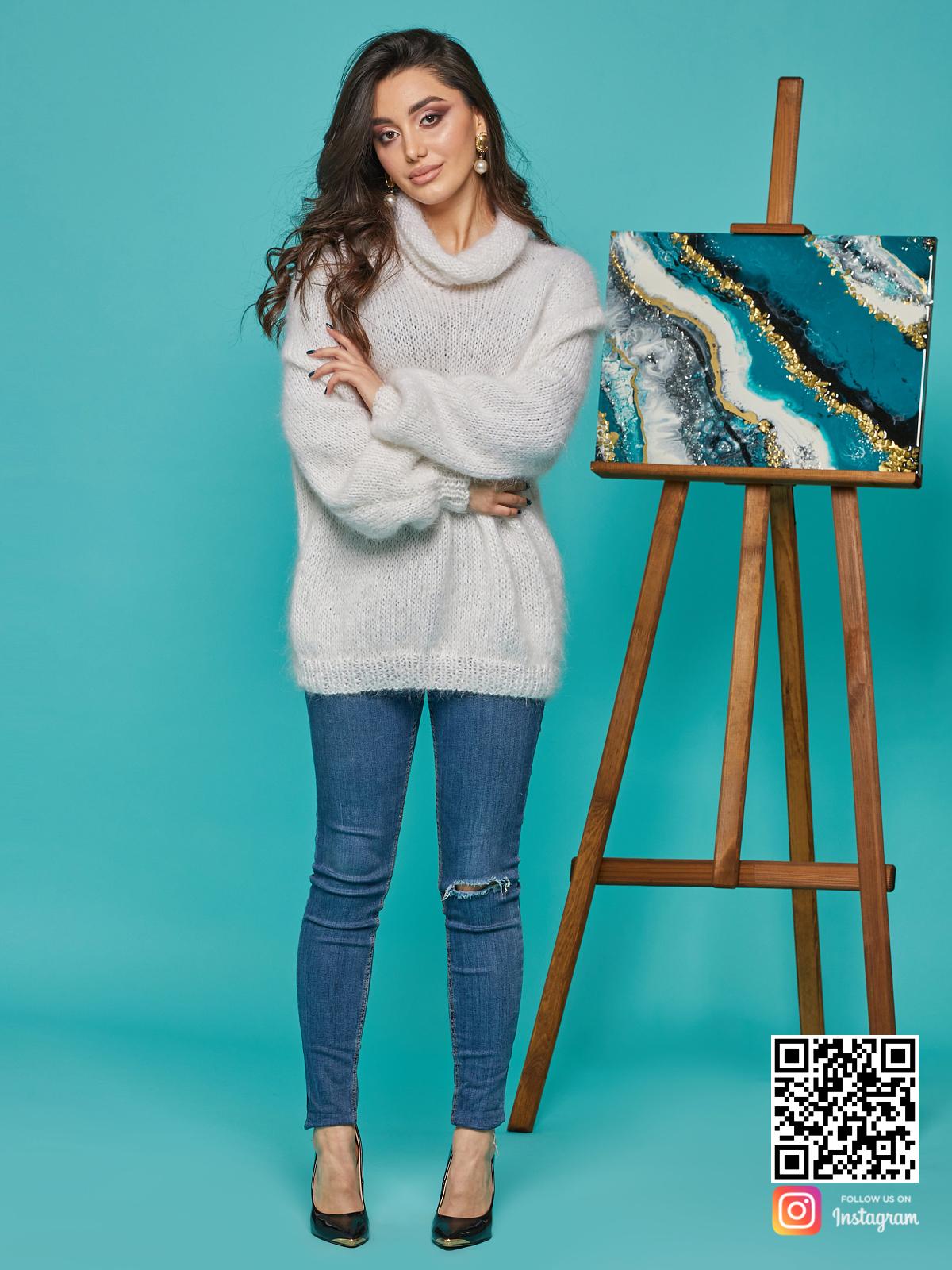 На фотографии свитер с воротником женский от Shapar, бренда вязаной одежды ручной работы в интернет-магазине связанных спицами вещей.