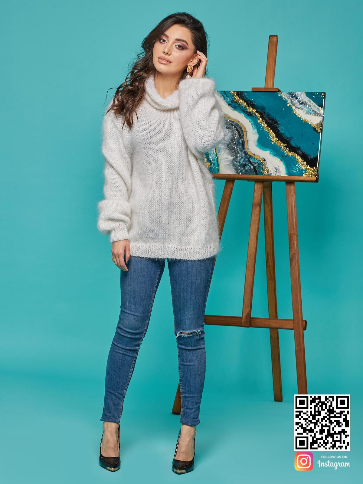 На четвертой фотографии свитер с воротником женский из пушистой пряжи от Shapar, бренда вязаной одежды ручной работы в интернет-магазине связанных спицами вещей.