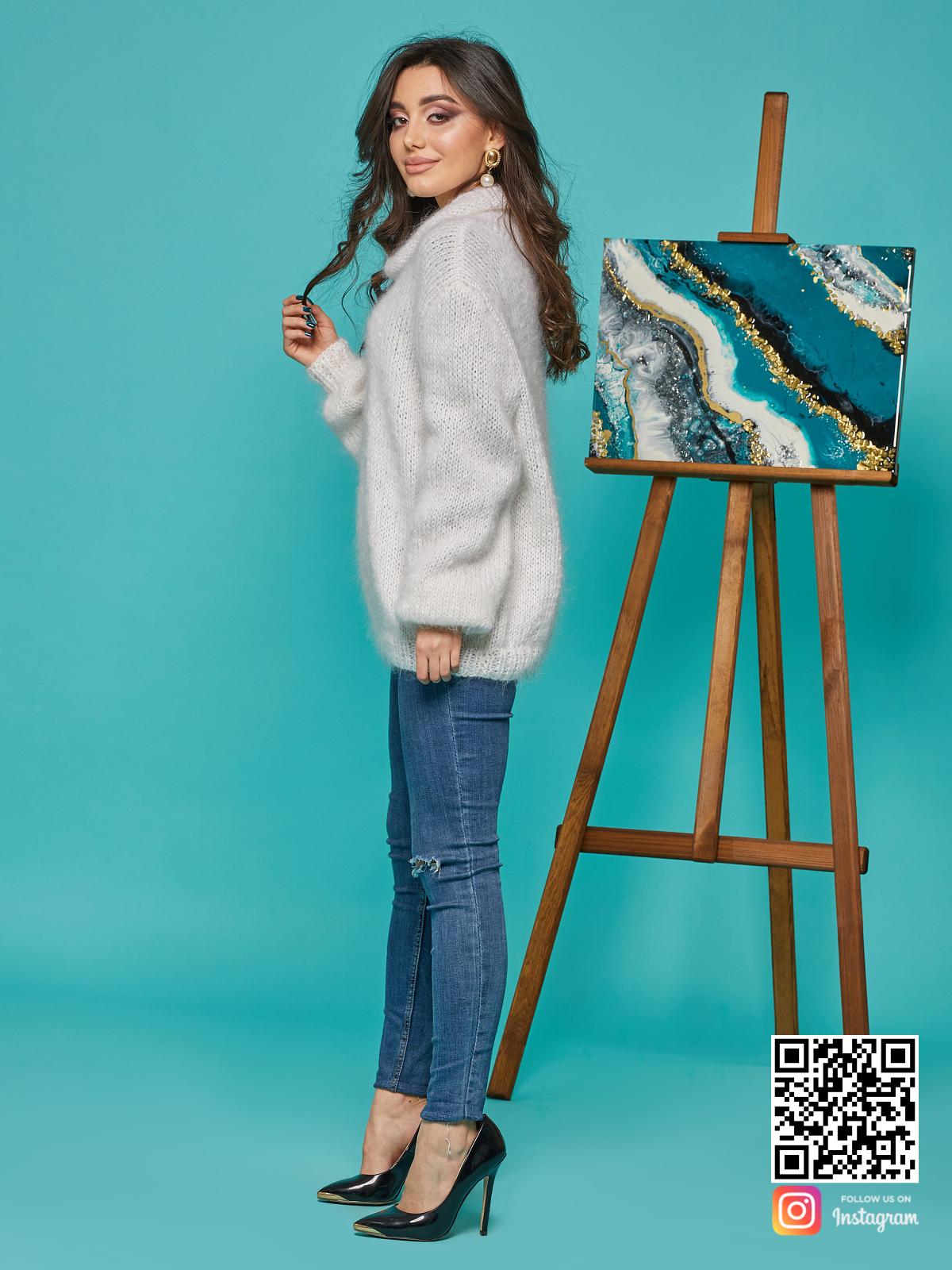 На третьей фотографии свитер с воротником женский белого цвета от Shapar, бренда вязаной одежды ручной работы в интернет-магазине связанных спицами вещей.