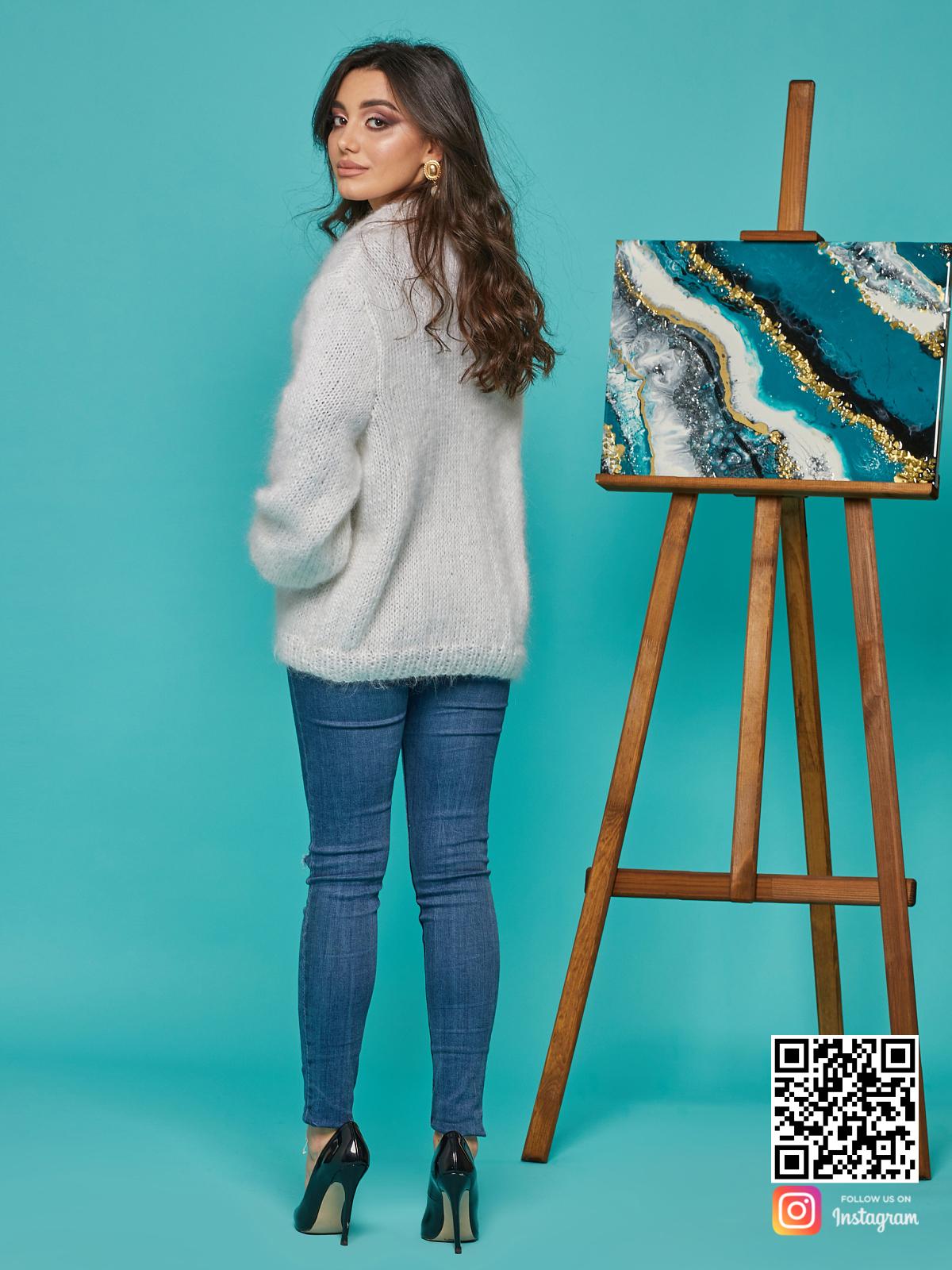 На второй фотографии свитер с воротником женский со спины от Shapar, бренда вязаной одежды ручной работы в интернет-магазине связанных спицами вещей.