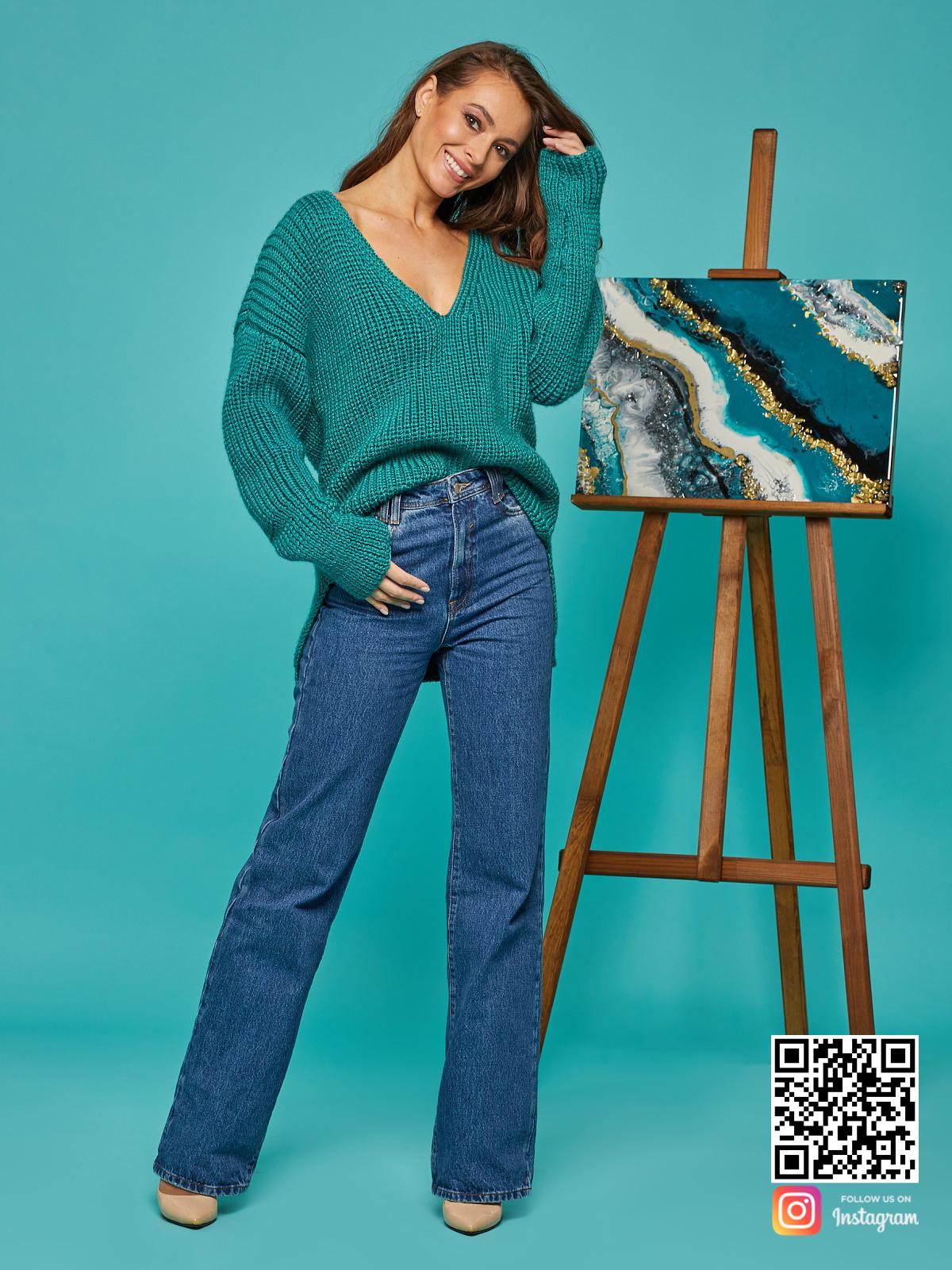 На пятой фотографии свитер женский изумрудный с V вырезом от Shapar, бренда вязаной одежды ручной работы в интернет-магазине связанных спицами вещей.