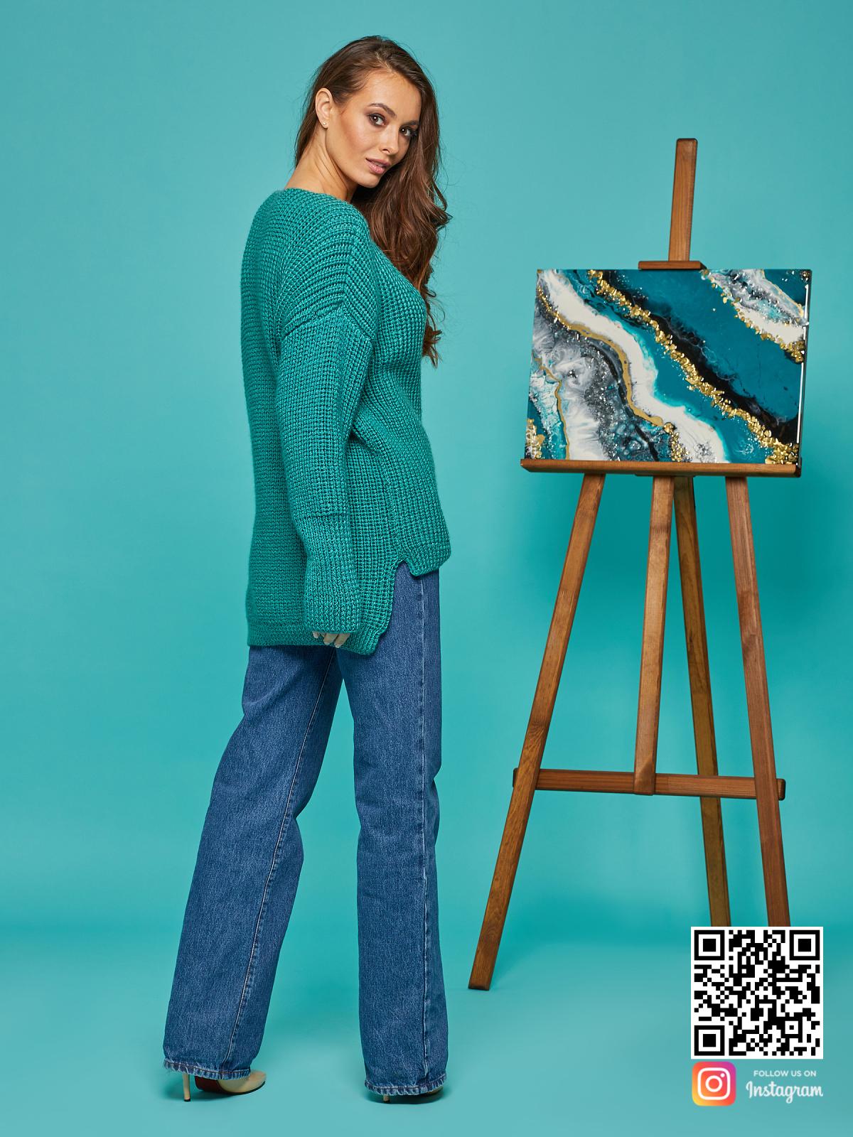 На второй фотографии свитер женский изумрудный со спины от Shapar, бренда вязаной одежды ручной работы в интернет-магазине связанных спицами вещей.