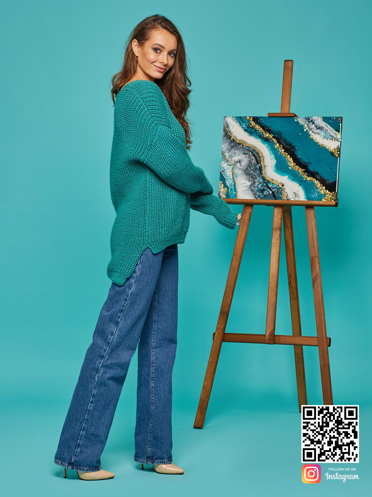 На четвертой фотографии красивый свитер женский изумрудный от Shapar, бренда вязаной одежды ручной работы в интернет-магазине связанных спицами вещей.