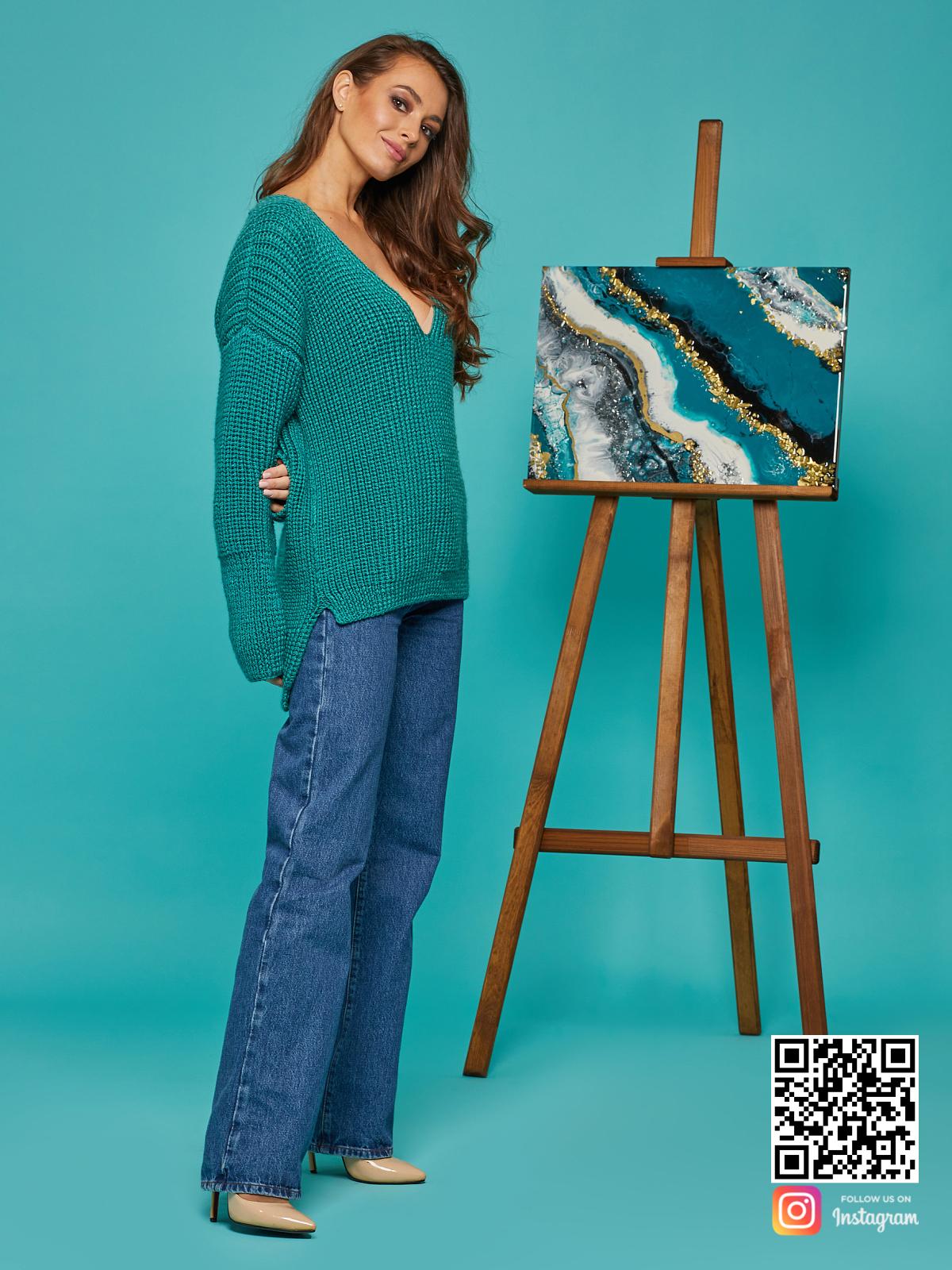 На третьей фотографии свитер женский изумрудный с асимметричным низом от Shapar, бренда вязаной одежды ручной работы в интернет-магазине связанных спицами вещей.