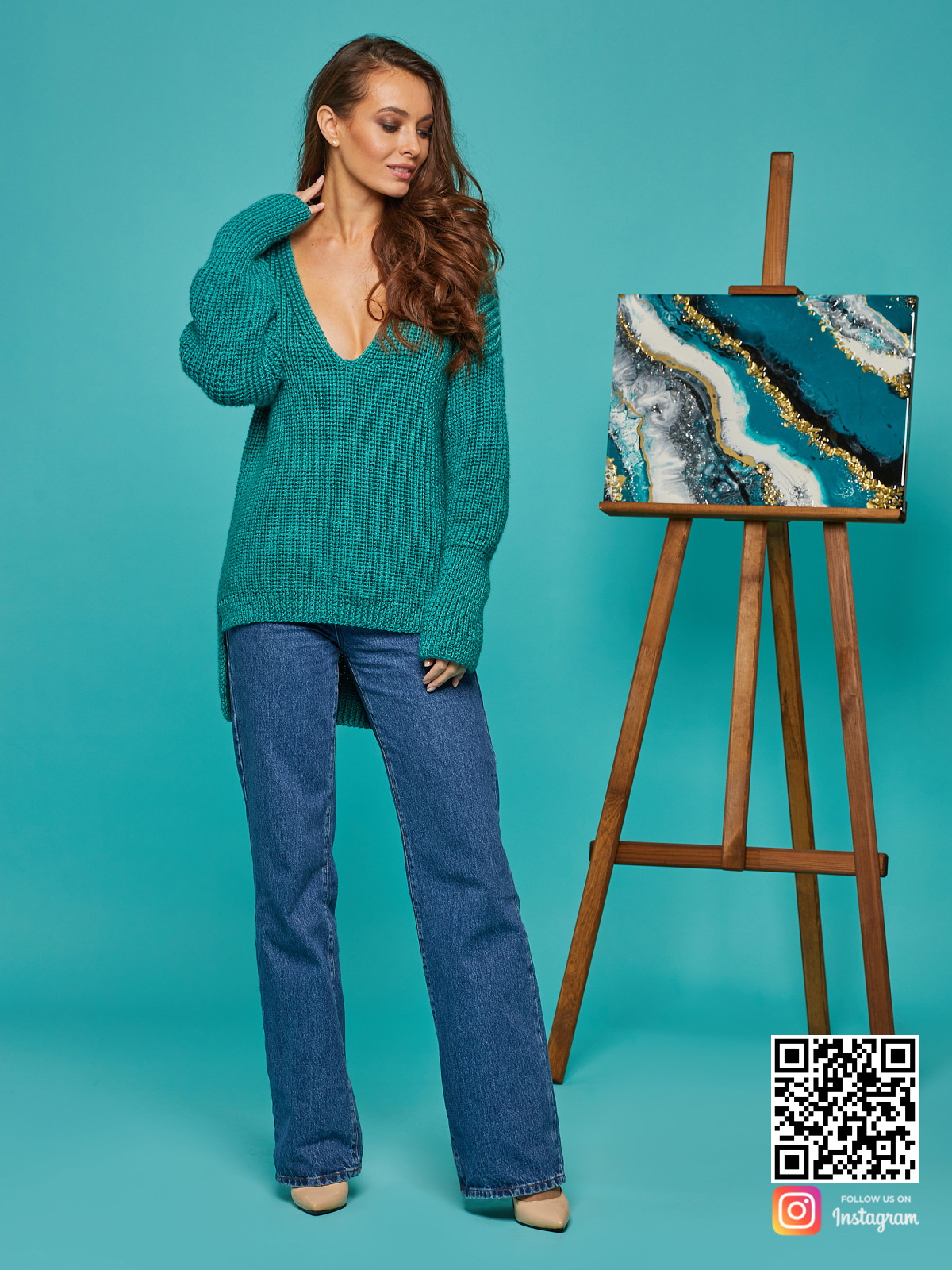 На шестой фотографии модный свитер женский изумрудный от Shapar, бренда вязаной одежды ручной работы в интернет-магазине связанных спицами вещей.