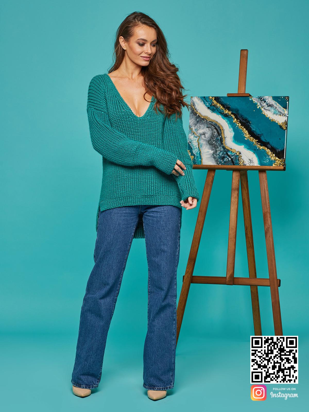 На фотографии свитер женский изумрудный от Shapar, бренда вязаной одежды ручной работы в интернет-магазине связанных спицами вещей.
