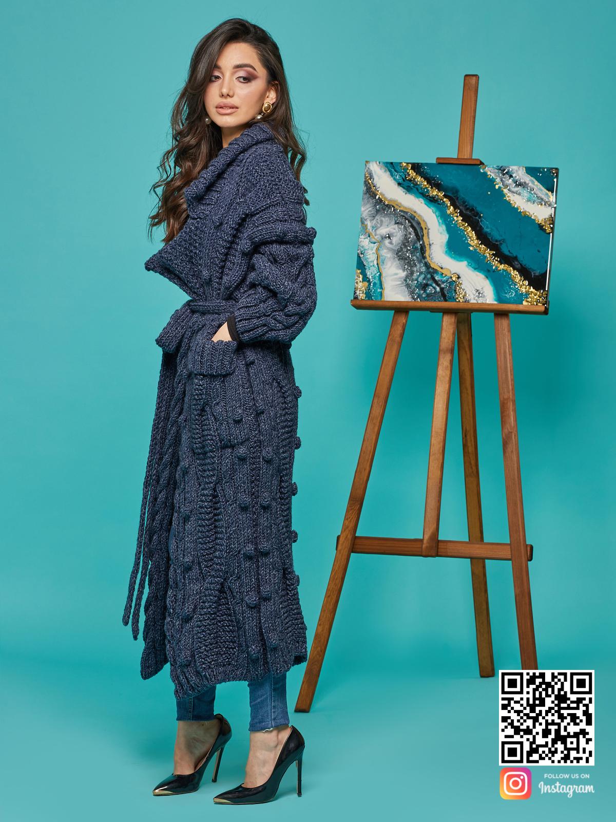 На шестой фотографии длинный женский твидовый кардиган от Shapar, бренда вязаной одежды ручной работы в интернет-магазине связанных спицами вещей.