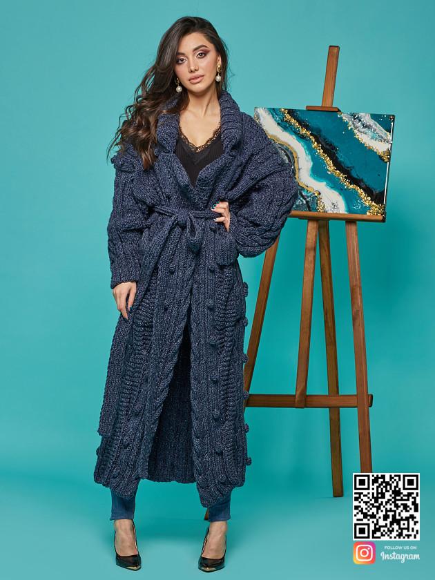 На фотографии женский твидовый кардиган от Shapar, бренда вязаной одежды ручной работы в интернет-магазине связанных спицами вещей.