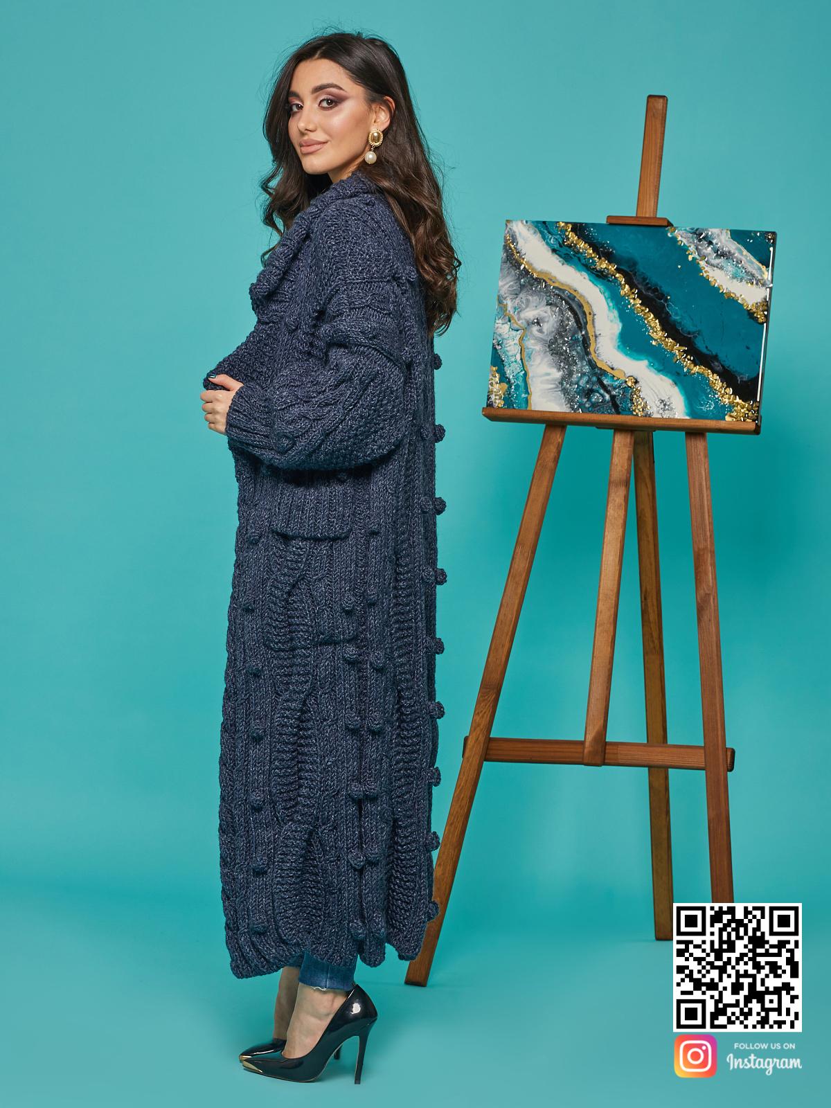 На пятой фотографии женский твидовый кардиган меланжевого синего цвета от Shapar, бренда вязаной одежды ручной работы в интернет-магазине связанных спицами вещей.