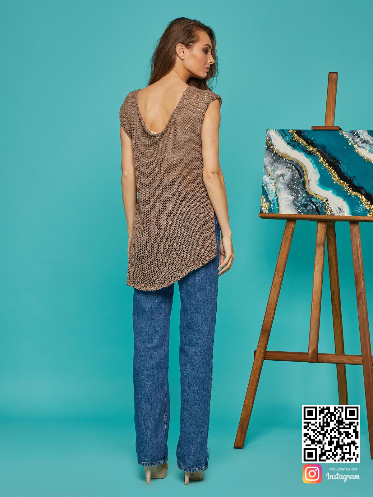 На второй фотографии женская вязаная футболка со спины от Shapar, бренда одежды ручной работы в интернет-магазине связанных спицами вещей.