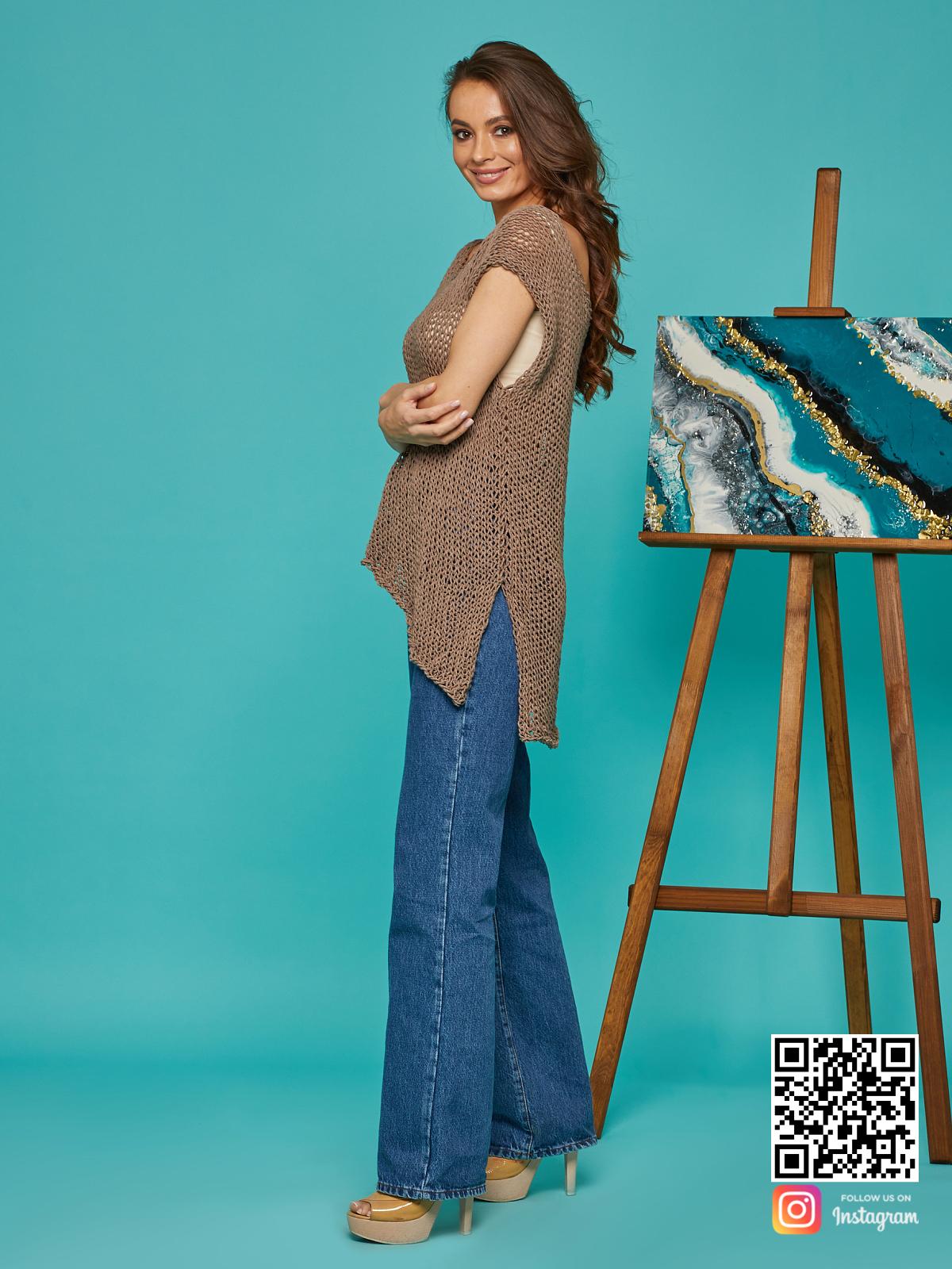 На третьей фотографии женская вязаная футболка с разрезами по бокам от Shapar, бренда одежды ручной работы в интернет-магазине связанных спицами вещей.
