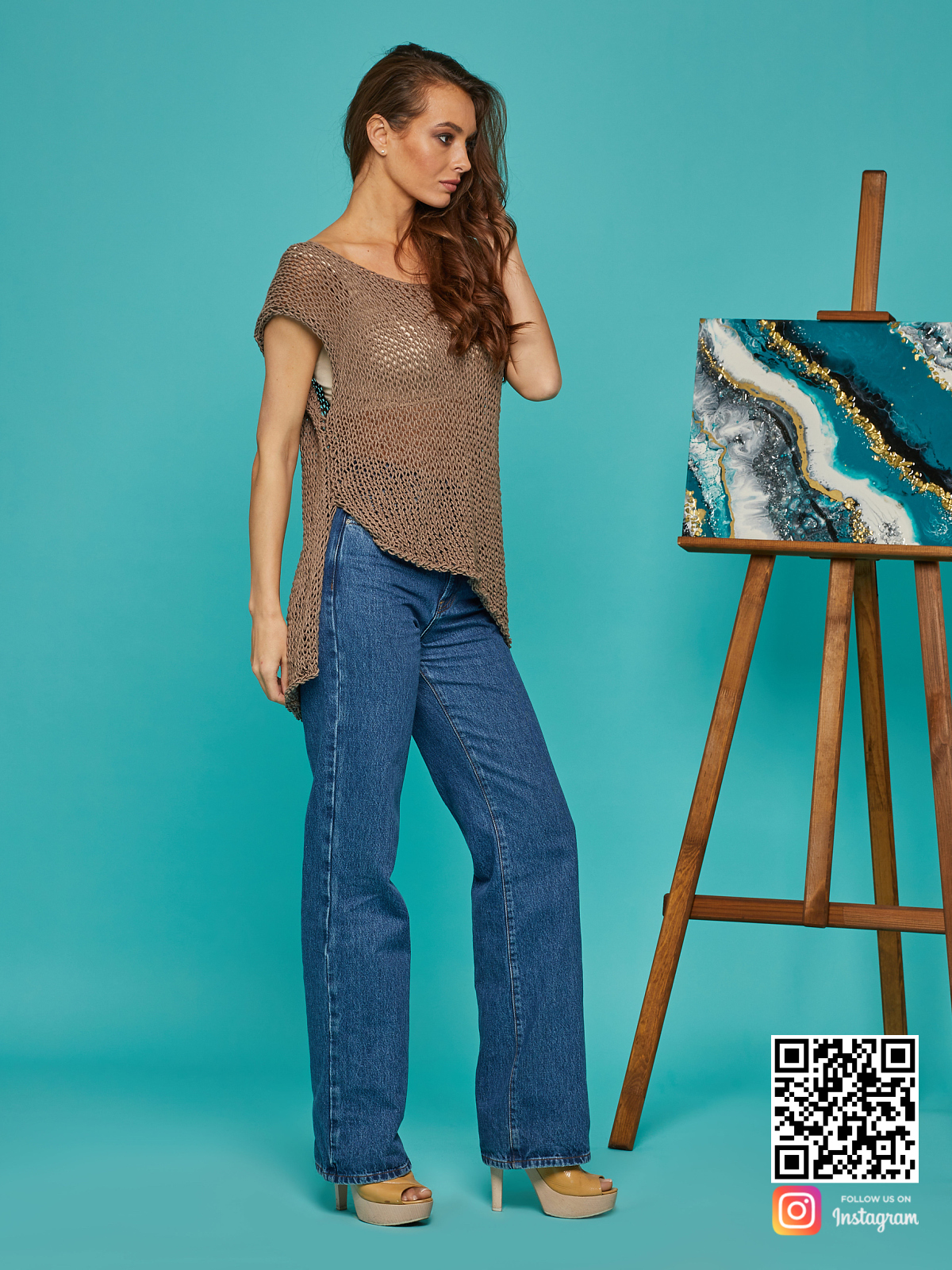 На четвертой фотографии коричневая вязаная футболка от Shapar, бренда одежды ручной работы в интернет-магазине связанных спицами вещей.