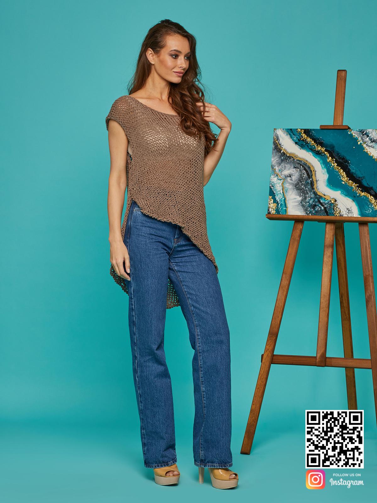 На шестой фотографии женская вязаная футболка с асимметричным низом от Shapar, бренда одежды ручной работы в интернет-магазине связанных спицами вещей.